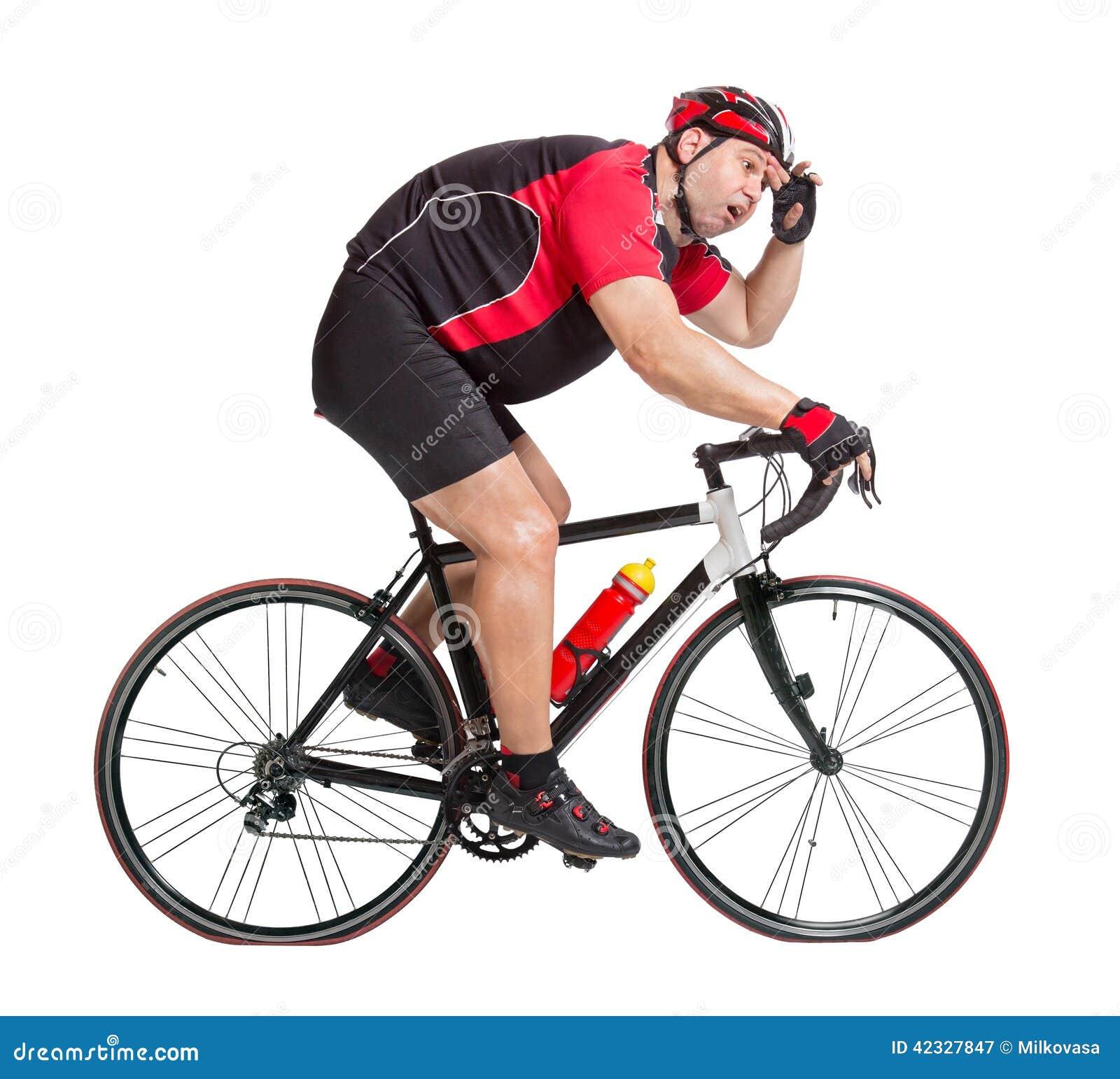 Ciclista obeso com a dificuldade que monta uma bicicleta