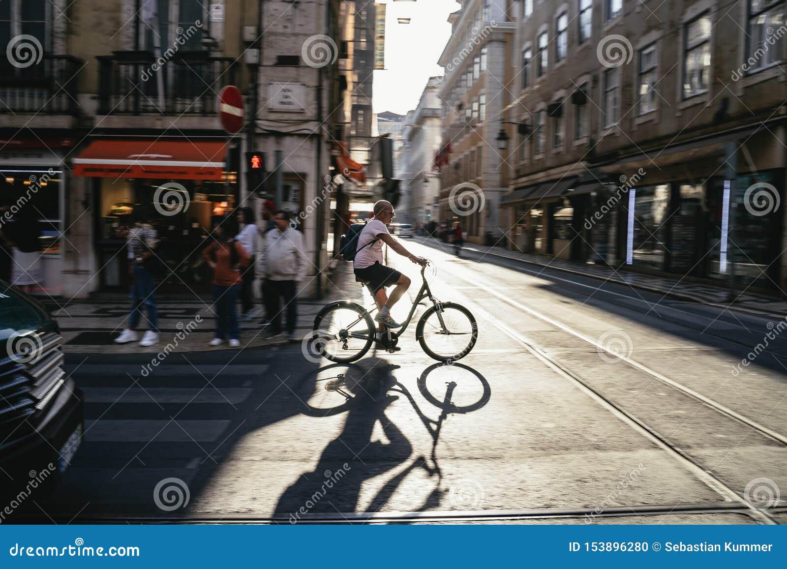 Ciclista que cruza uma interseção na cidade