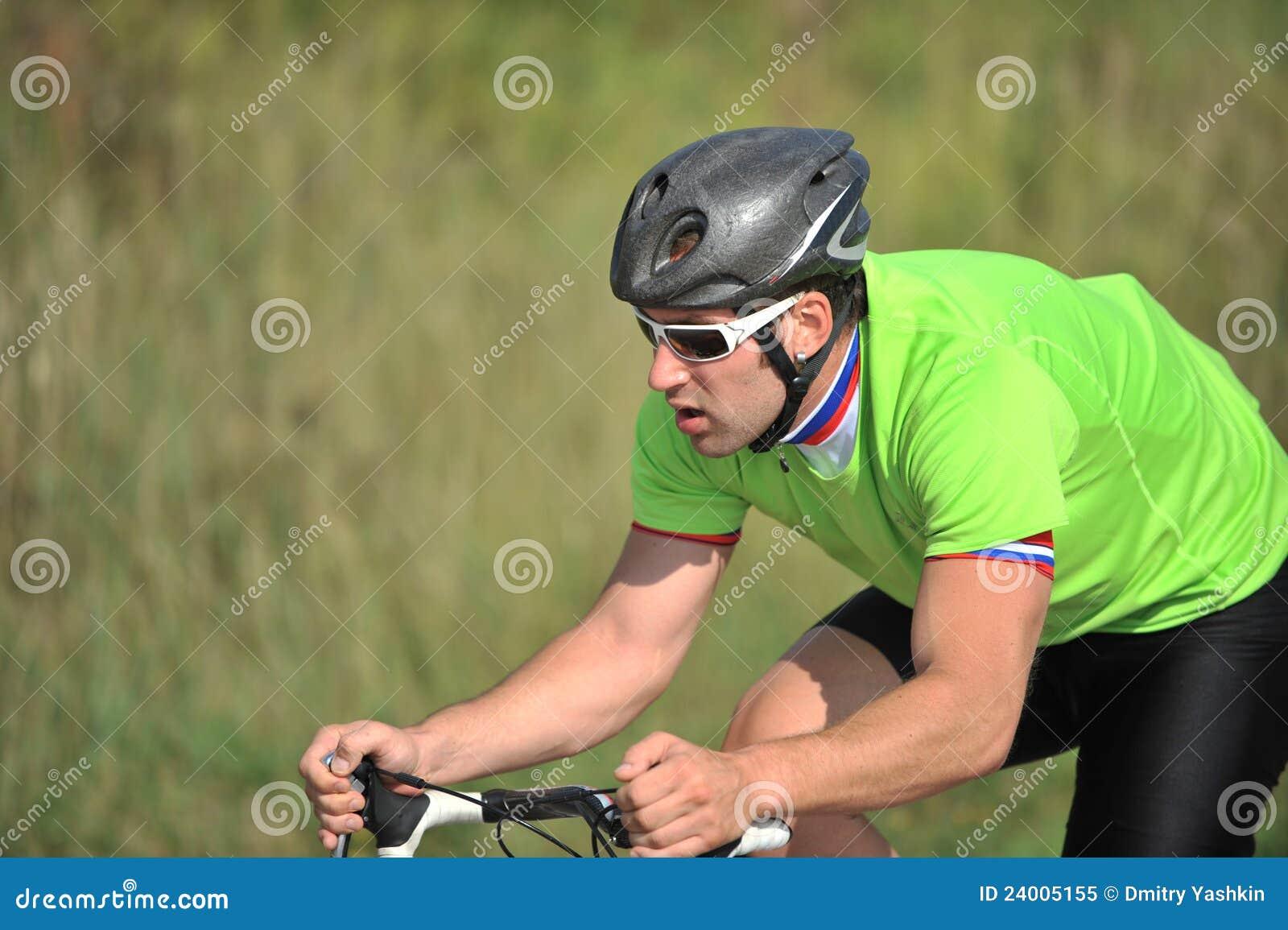 Ciclista que monta uma bicicleta
