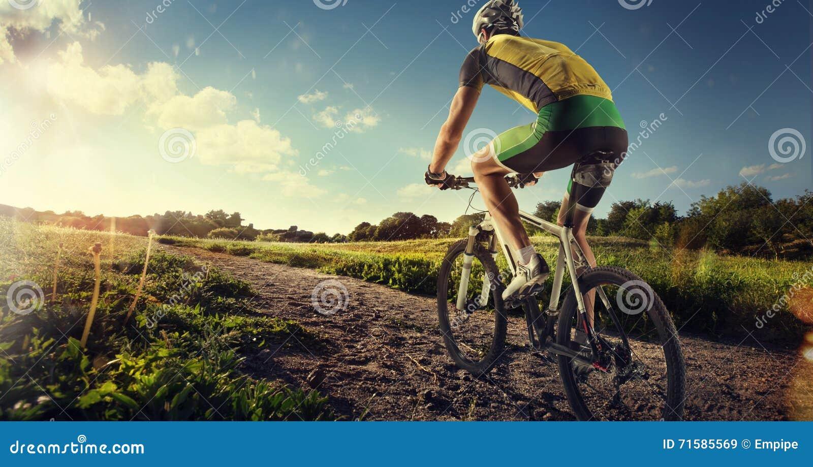 Ciclista que monta una bici