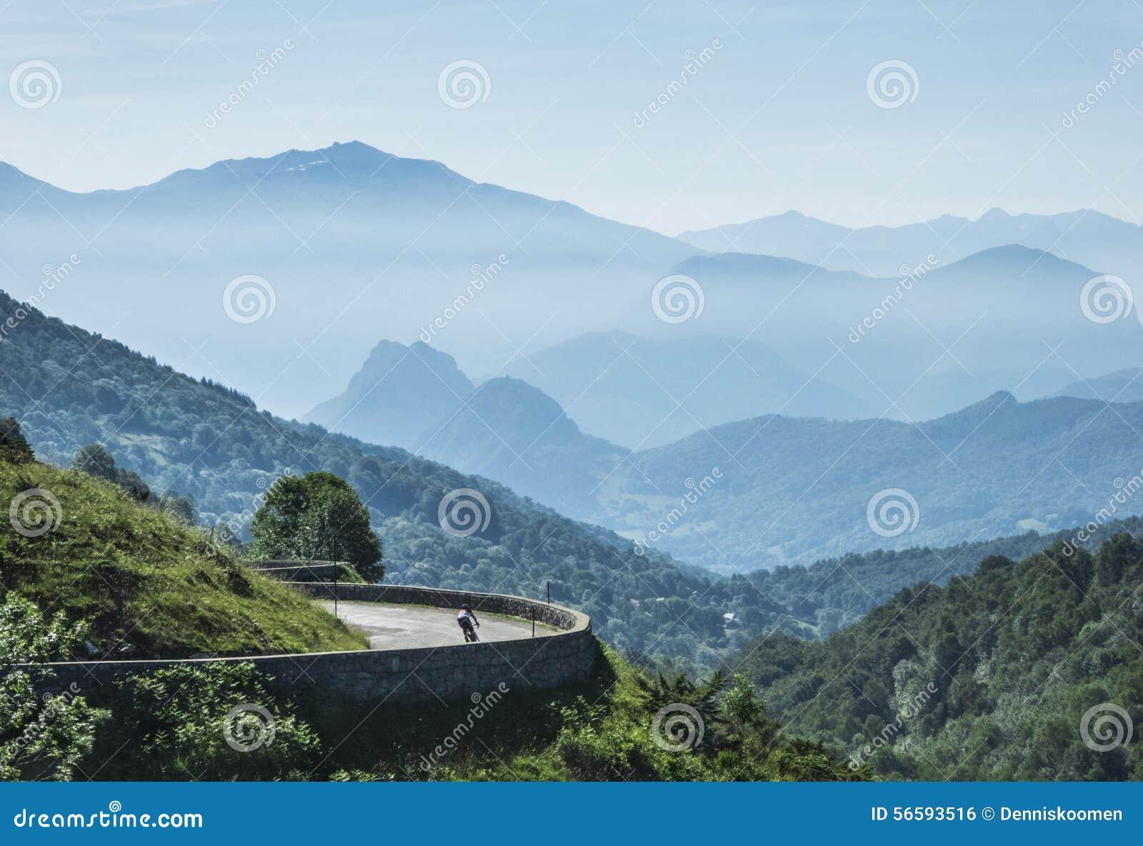 Ciclista só nas montanhas
