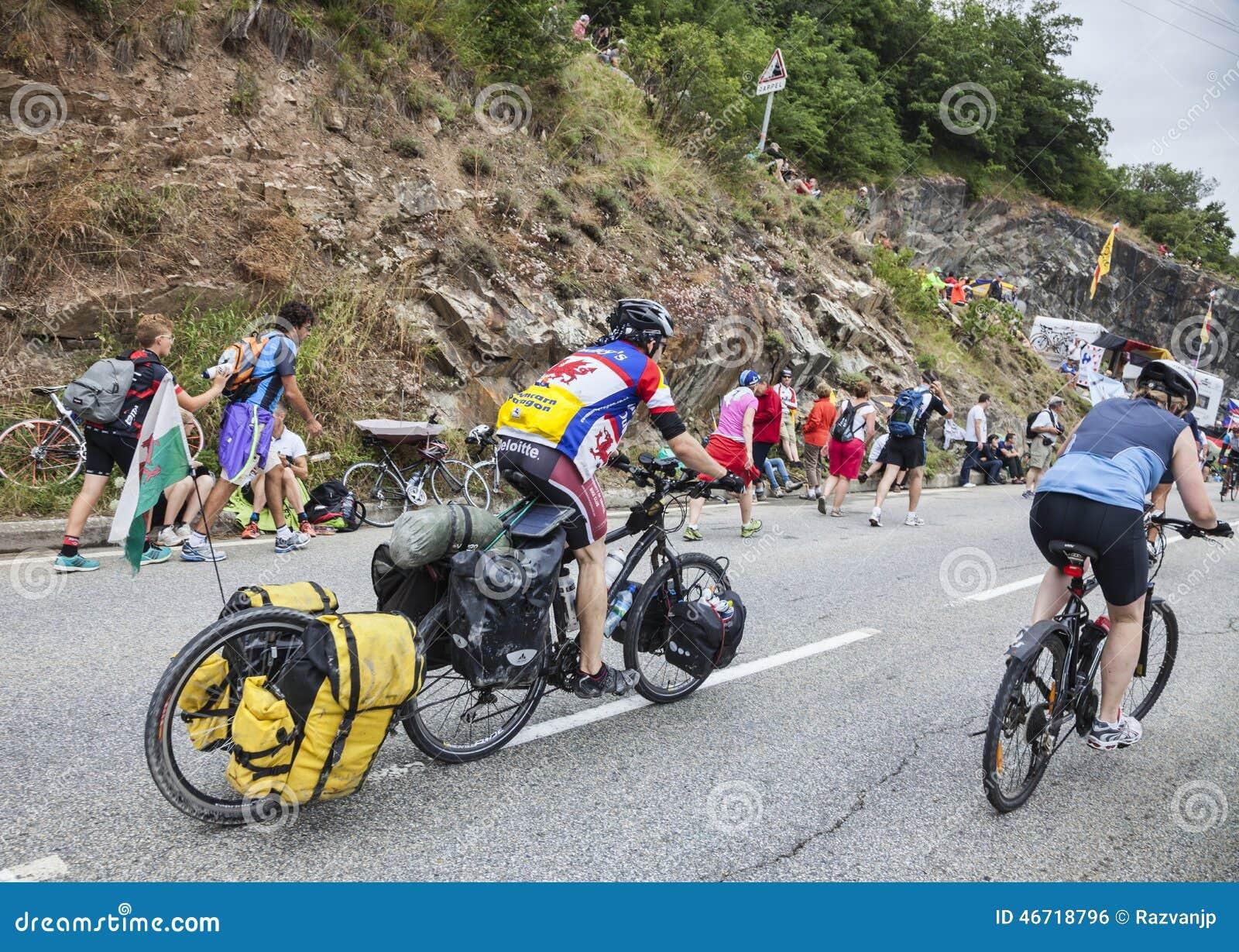 Ciclistas amadores nas estradas de Le Tour de France