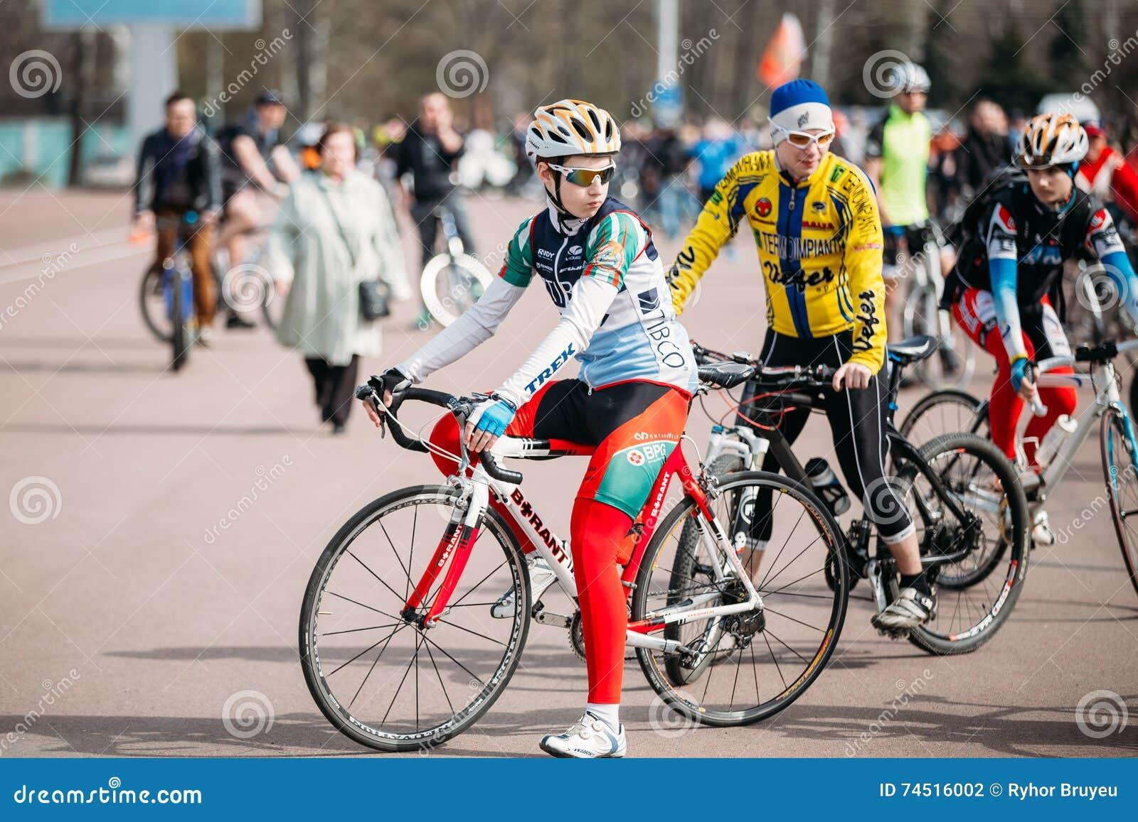 bcbe4cec Ciclistas de los hombres jovenes en la ropa de deportes para completar un  ciclo en la