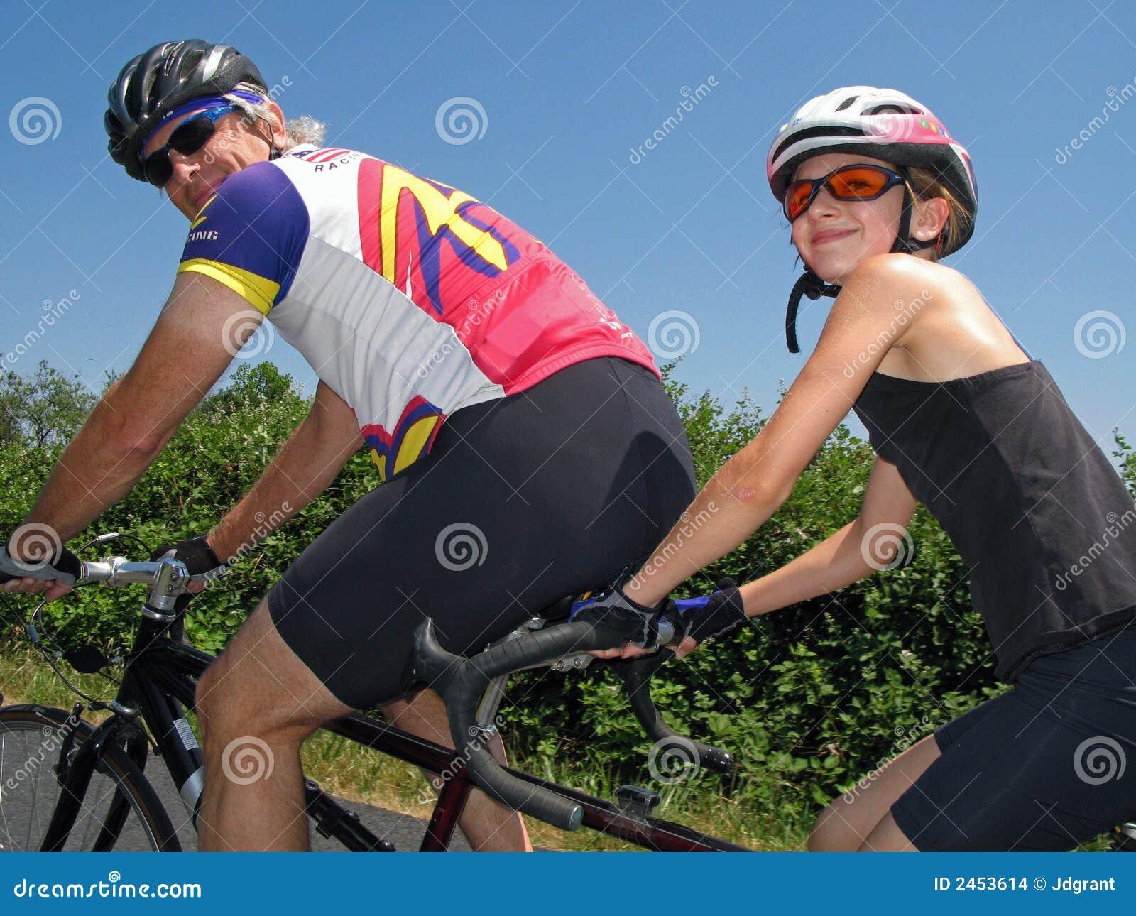 Ciclistas em tandem