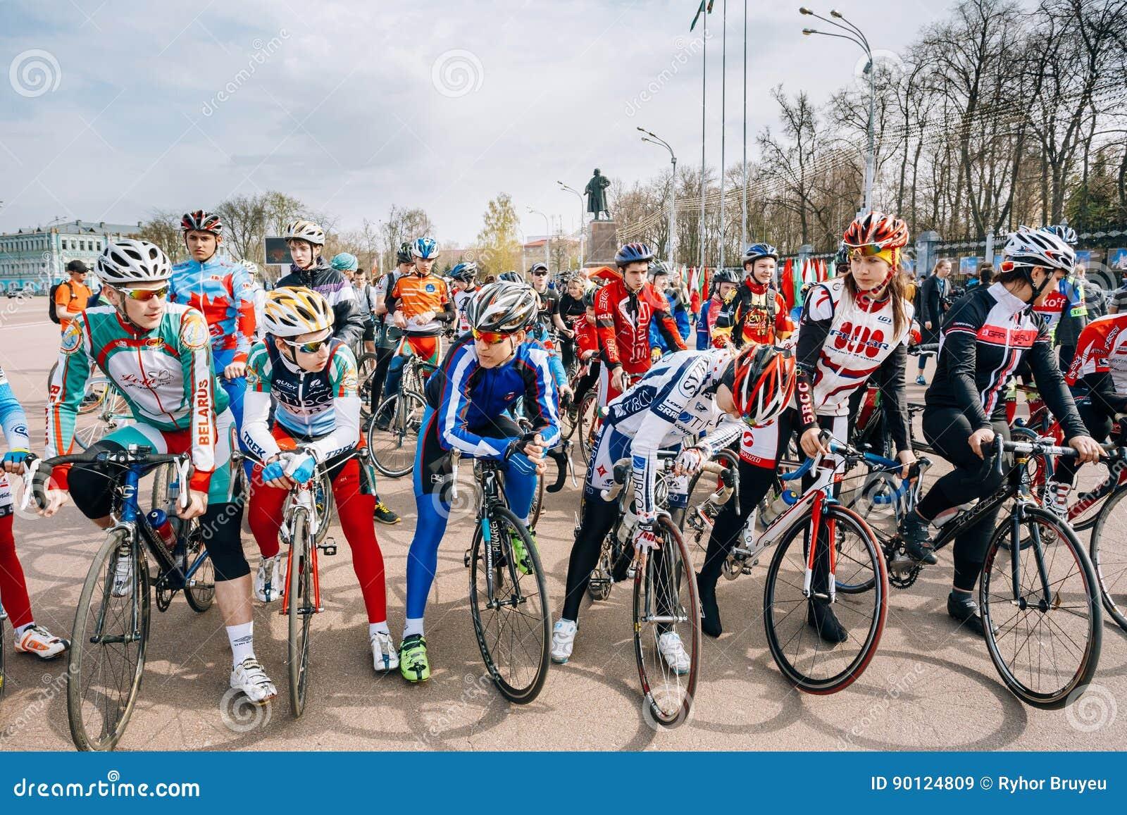 94671d42 Ciclistas jovenes en la ropa de deportes para completar un ciclo en la  abertura del ciclo