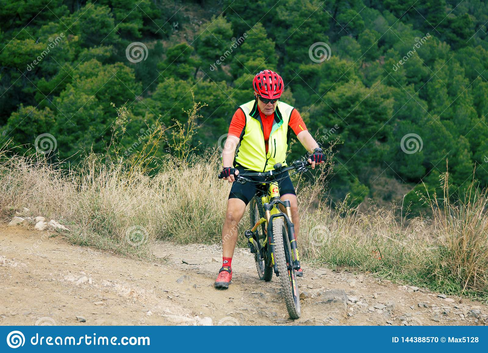 Ciclisti in mountain-bike sul supporto Tibidabo per una passeggiata un giorno libero