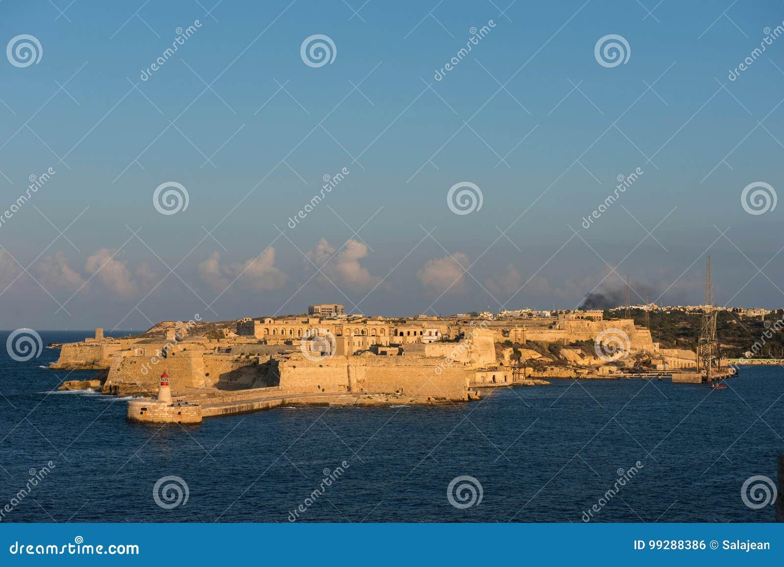 A cidade antiga da fortaleza de valletta no fim da tarde ilumina-se malta