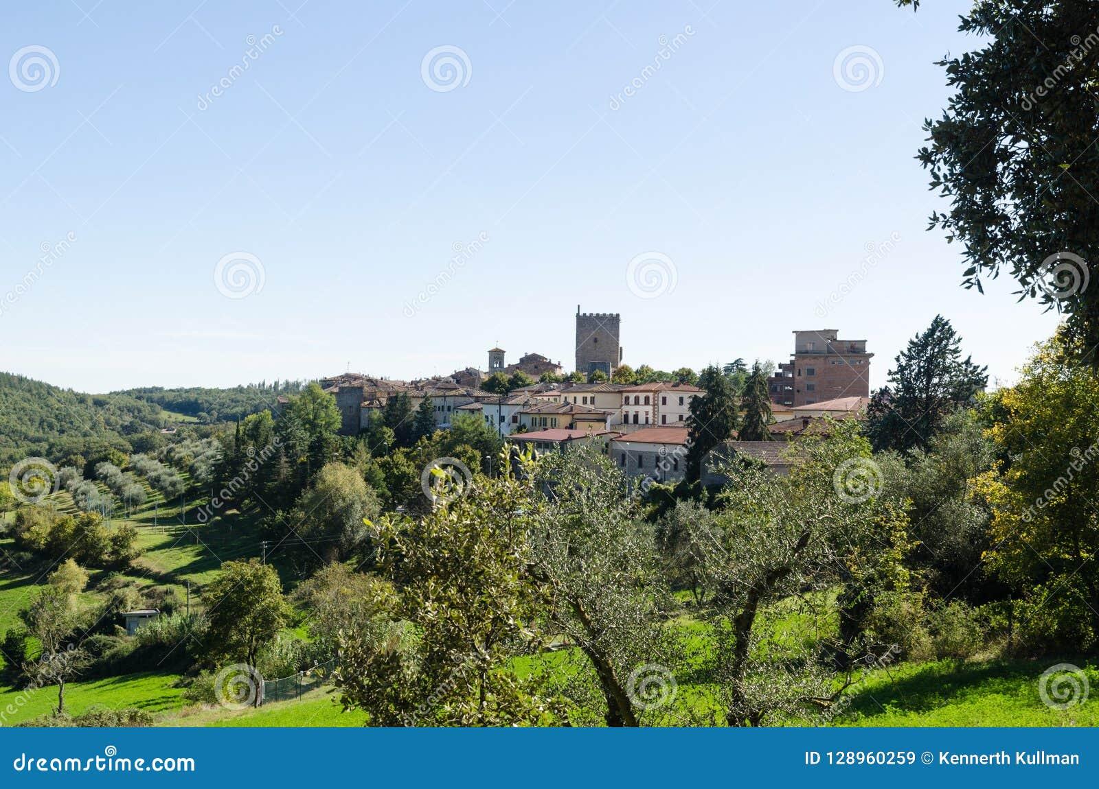 A cidade bonita Castellina de Toscânia no Chianti, Itália