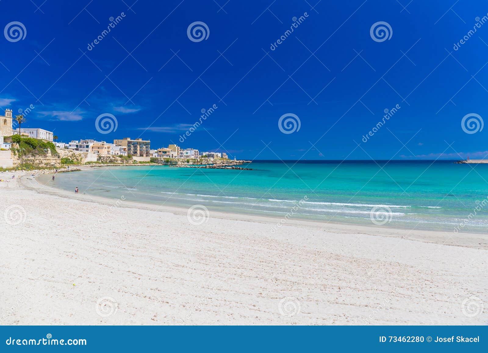 Cidade bonita de Otranto e de sua praia, península de Salento, região de Puglia, Itália
