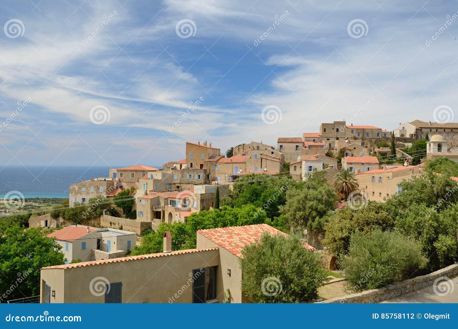 Cidade corsa na inclinação de montanha