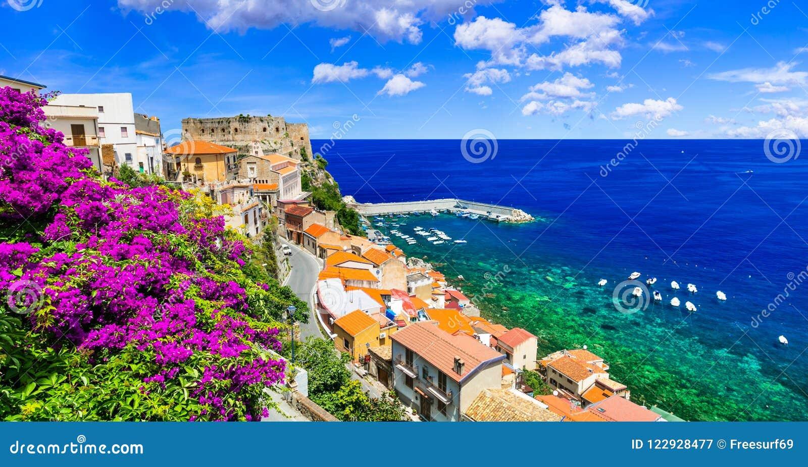 Cidade costeira bonita Scilla em Calabria Italy