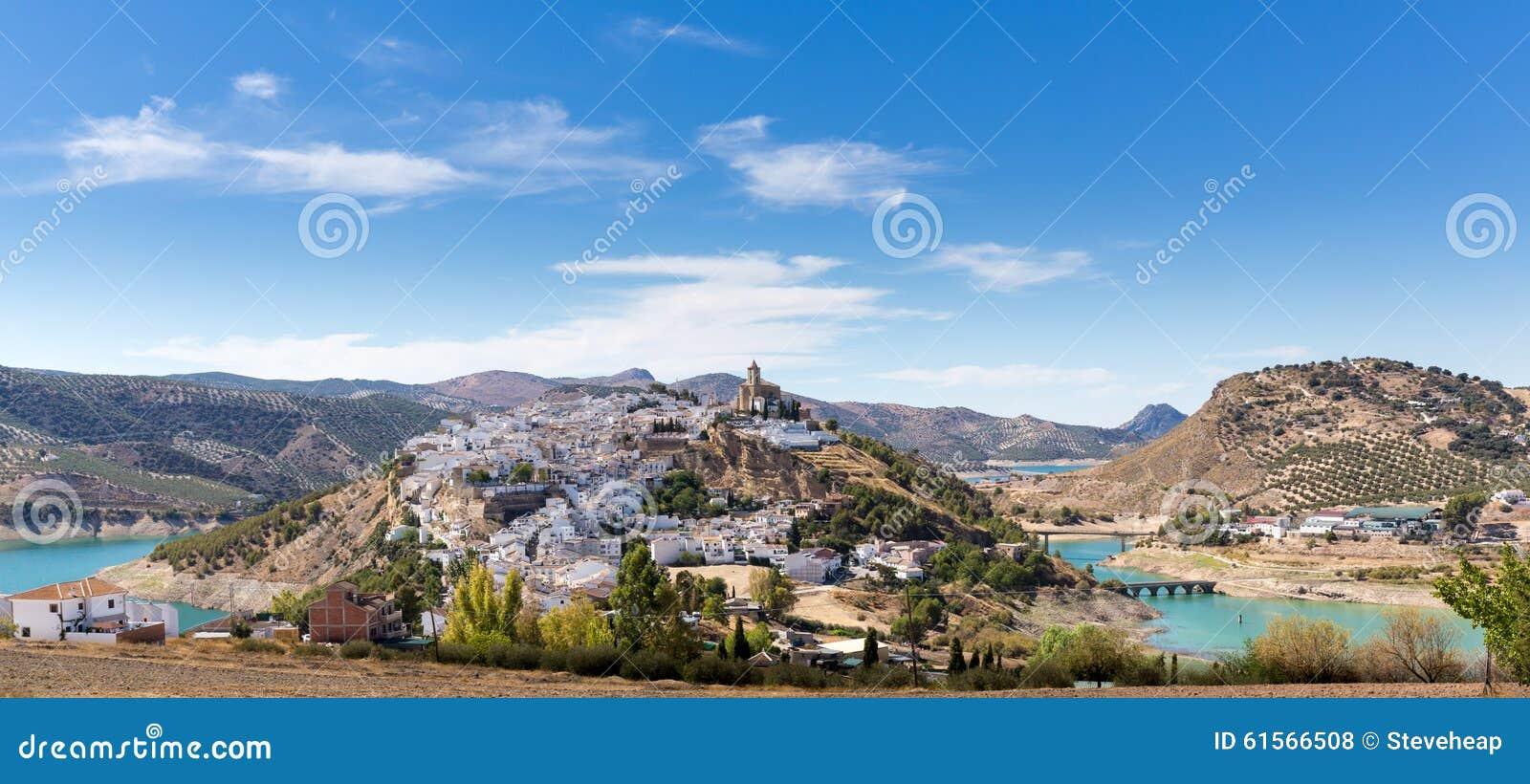 Cidade da cume de Iznajar em Andalucia