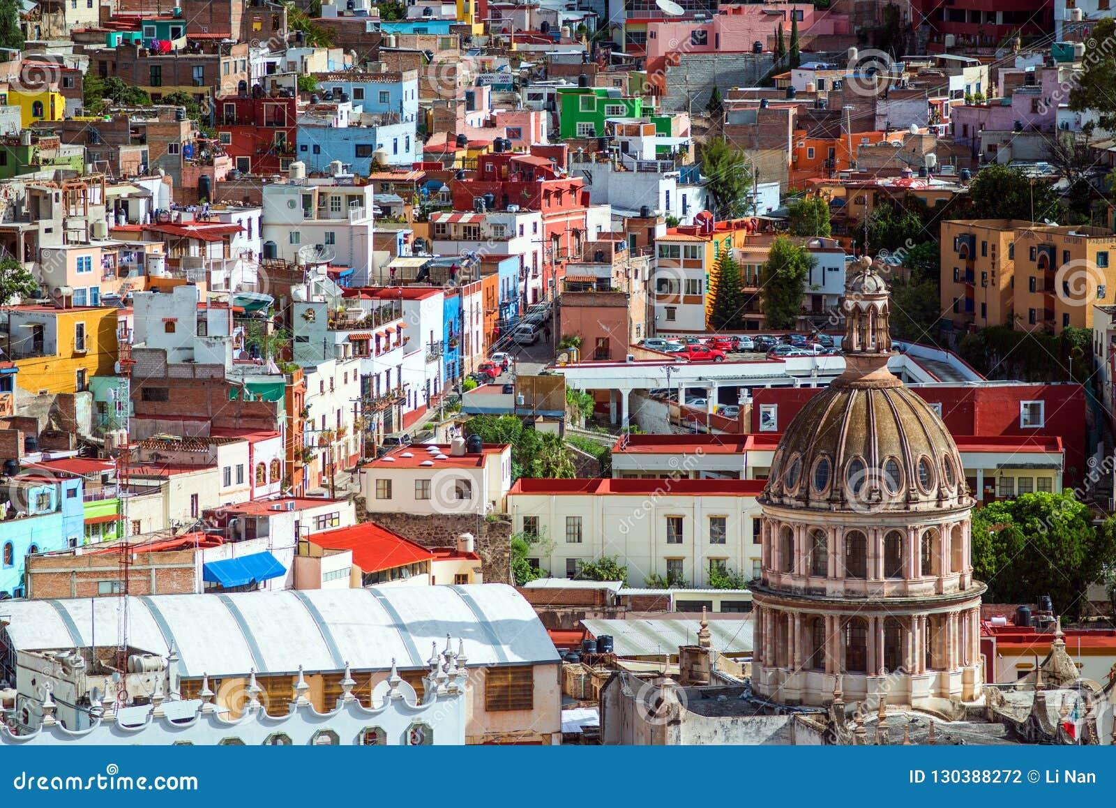 Cidade da multidão e construção coloridas coloniais da história de mineração de prata, México, americano