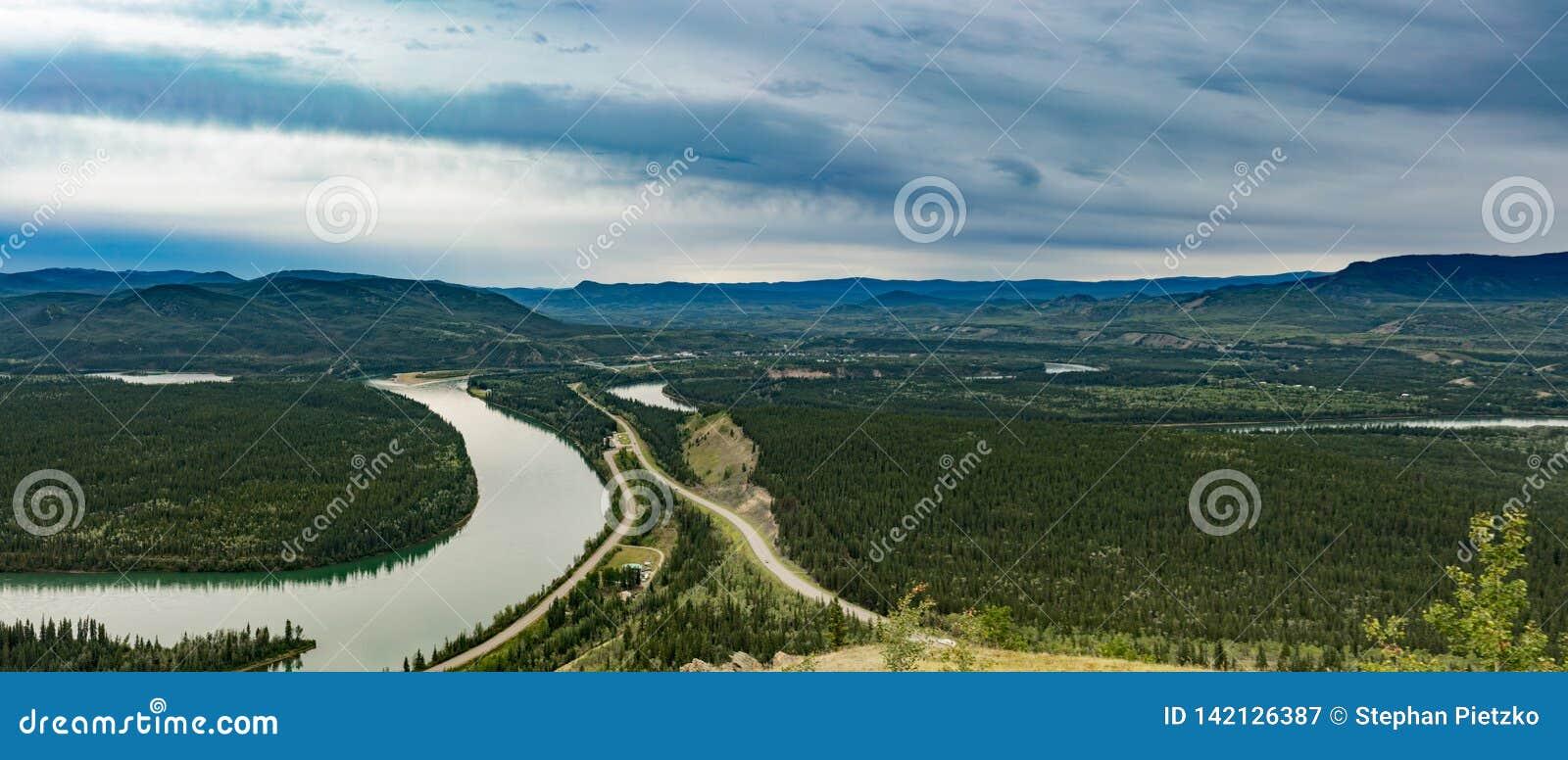Cidade da paisagem YT Canadá de Carmacks o Rio Yukon