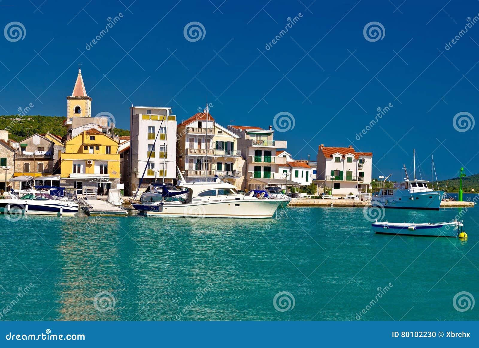 Cidade da vista panorâmica de Pirovac