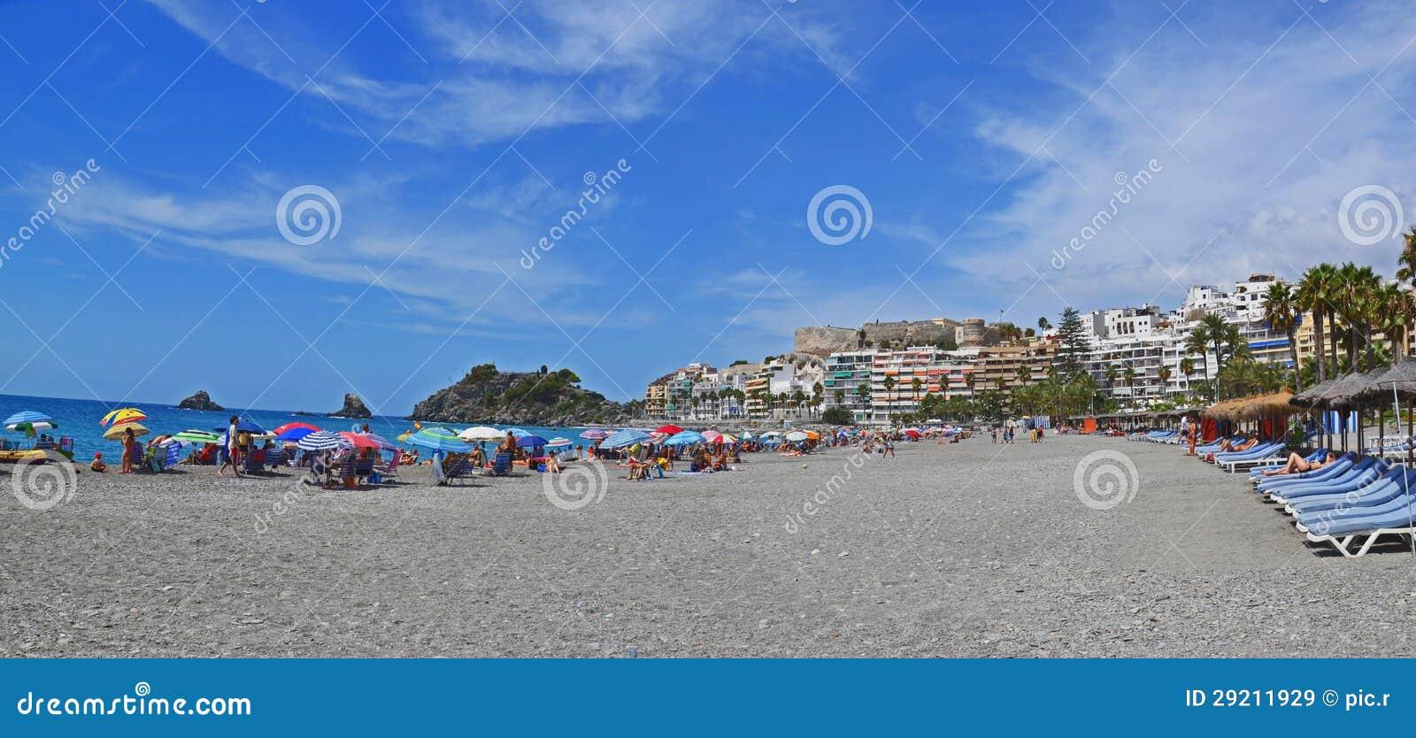 Cidade de estância balnear Almunecar na Espanha, panorama