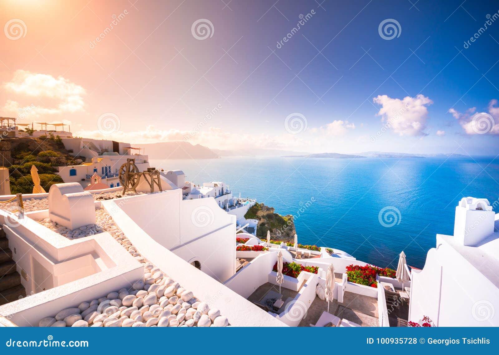Cidade de Oia na ilha de Santorini, Grécia Casas e igrejas tradicionais e famosas com as abóbadas azuis sobre o Caldera, Mar Egeu