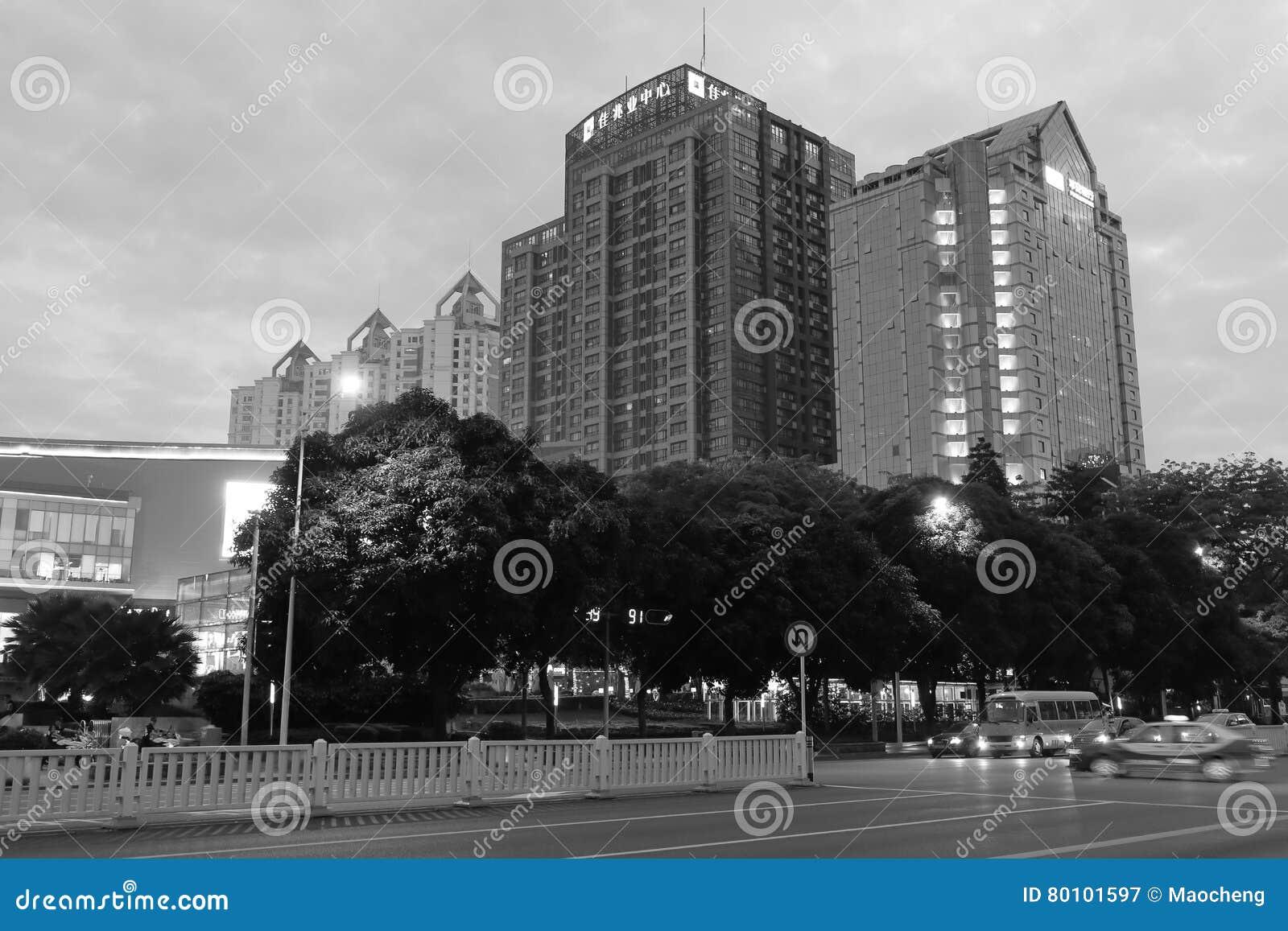 Cidade de Shenzhen na imagem preto e branco do crepúsculo