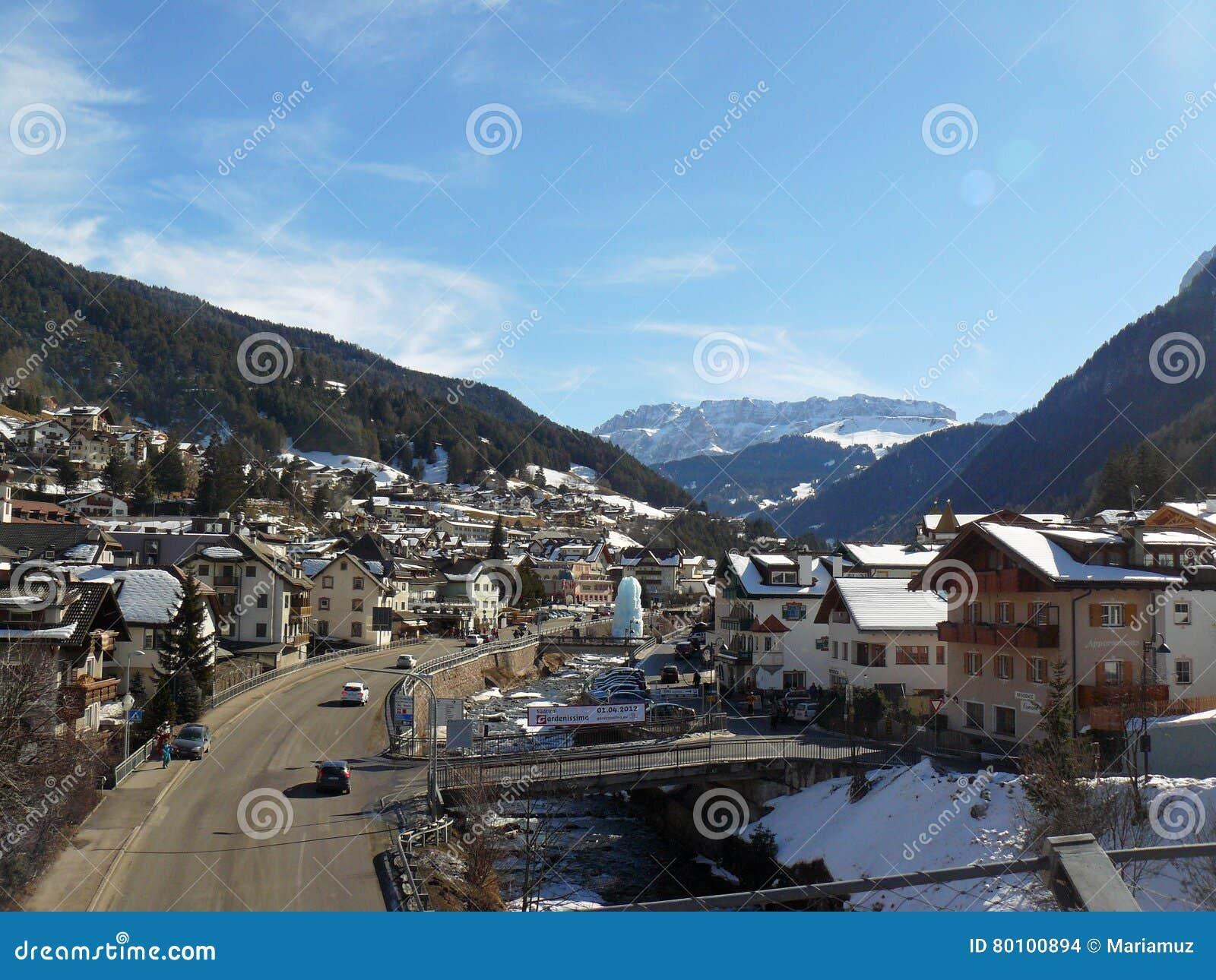 Cidade de Val Gardena- em cumes de Tirol, Itália
