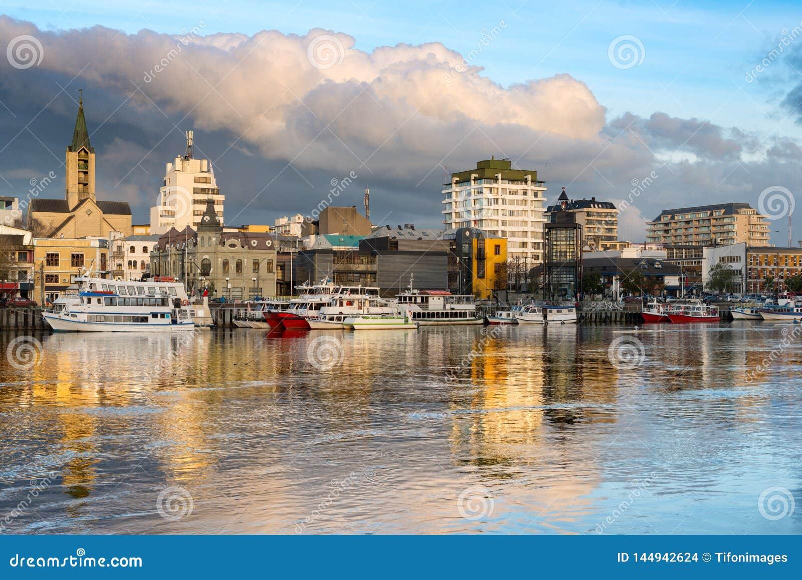A cidade de Valdivia na costa do rio de Calle-Calle no Chile