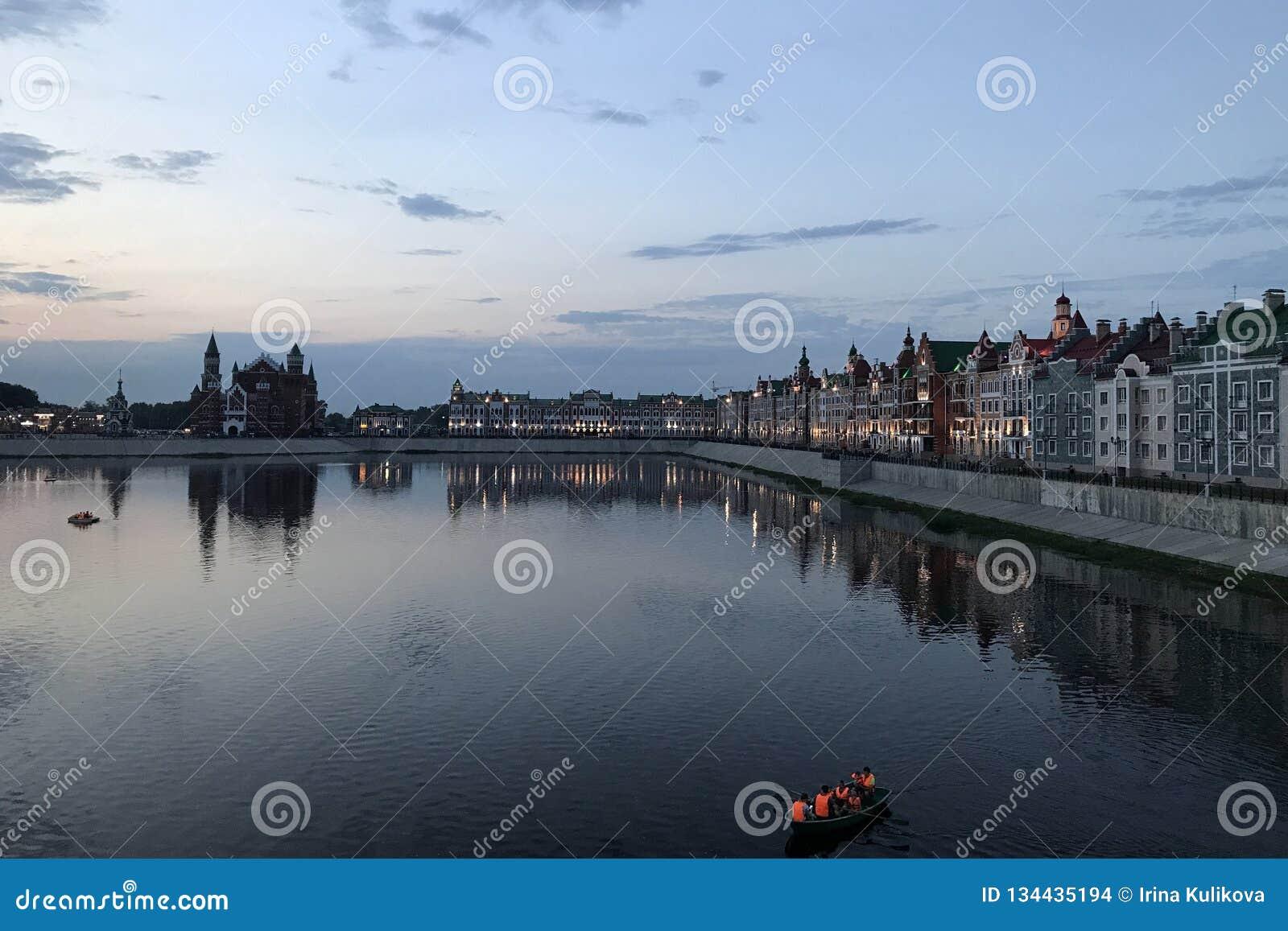 Cidade do Ola de Yoshkar Mari El, Rússia Terraplenagem de Bruges na cidade do Yoshkar-Ola na noite