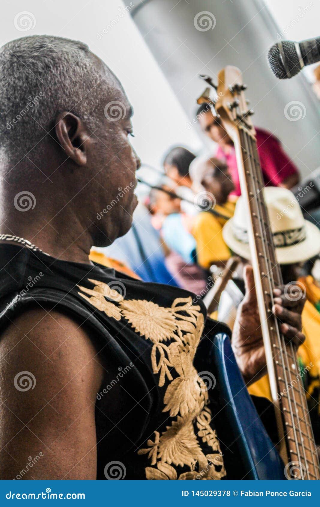 A Cidade do Panamá, Panamá, o 15 de agosto de 2015 Close-up do músico afro-americano que joga a guitarra com seu grupo