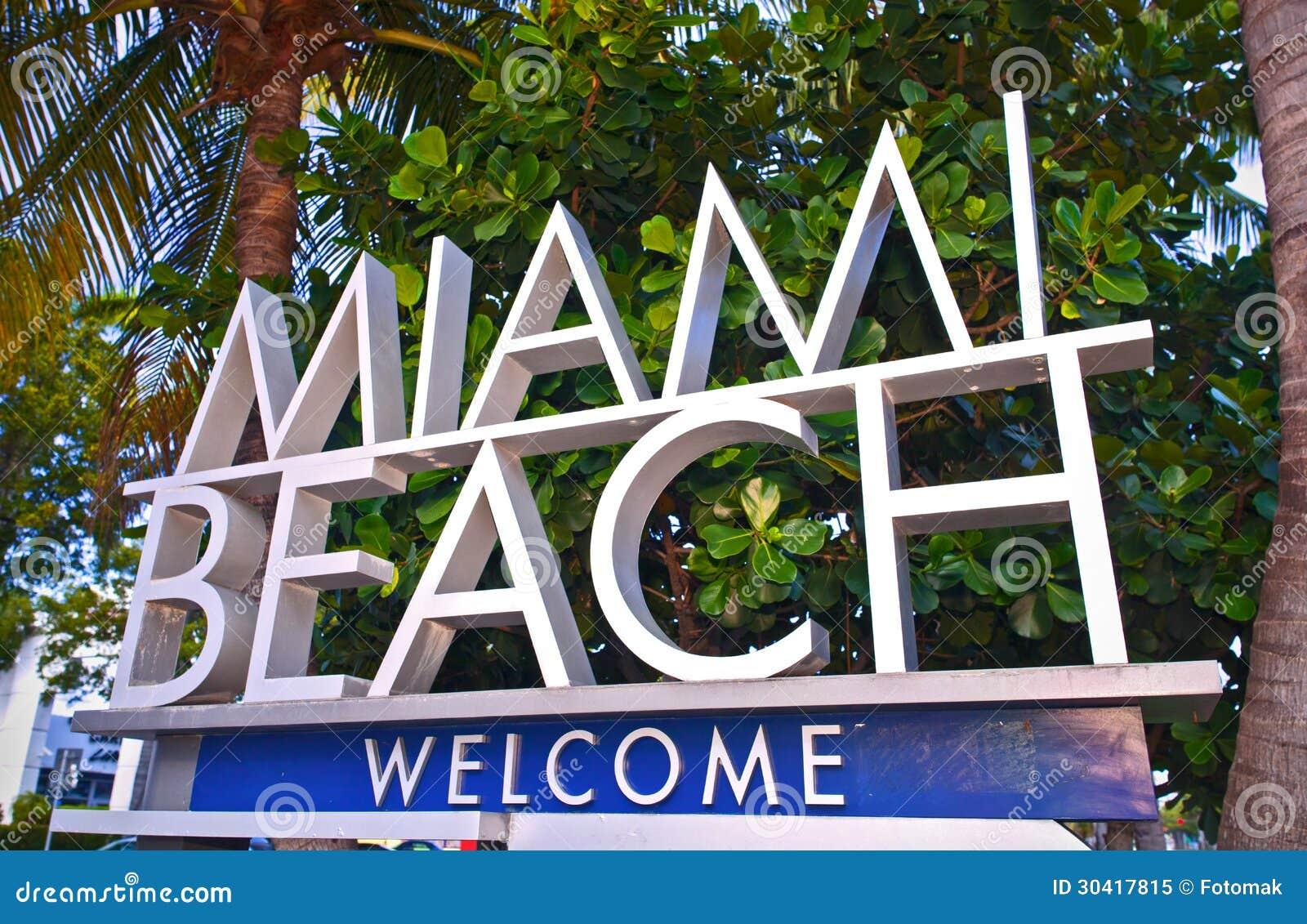 Cidade do sinal bem-vindo de Miami Beach Florida com palmeiras