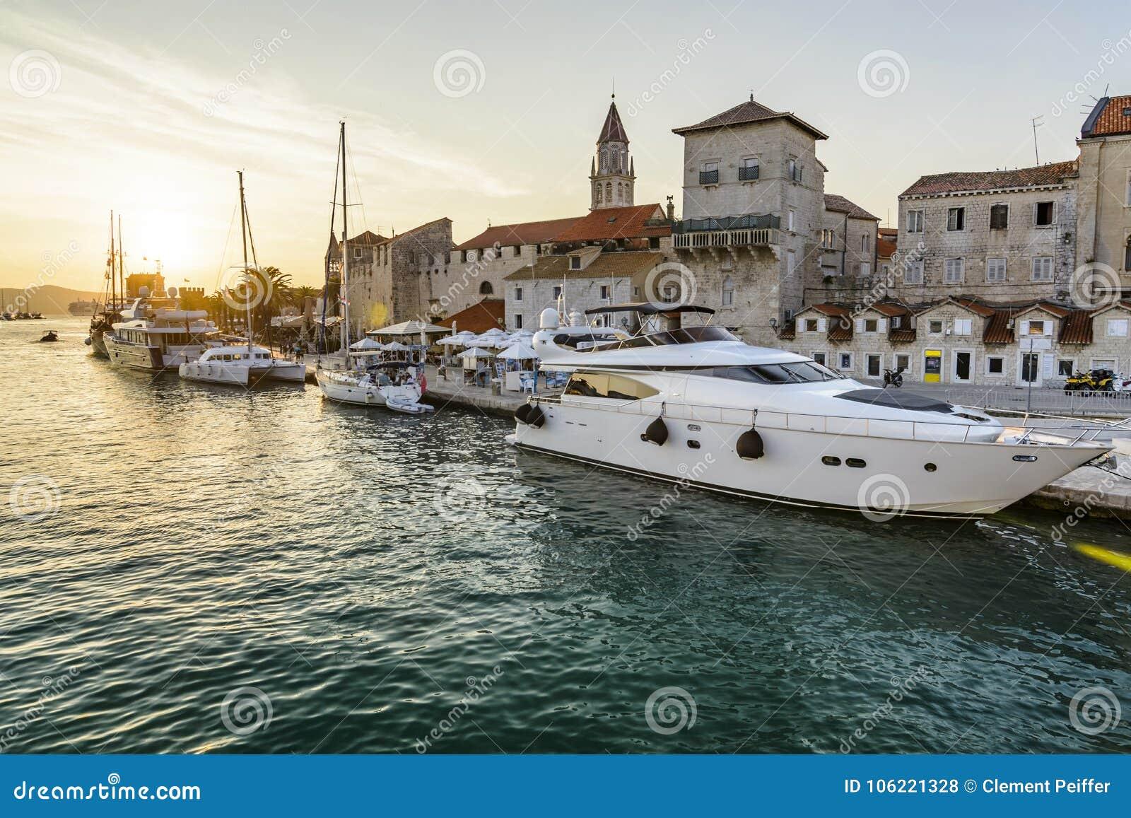 Cidade histórica de Trogir do por do sol