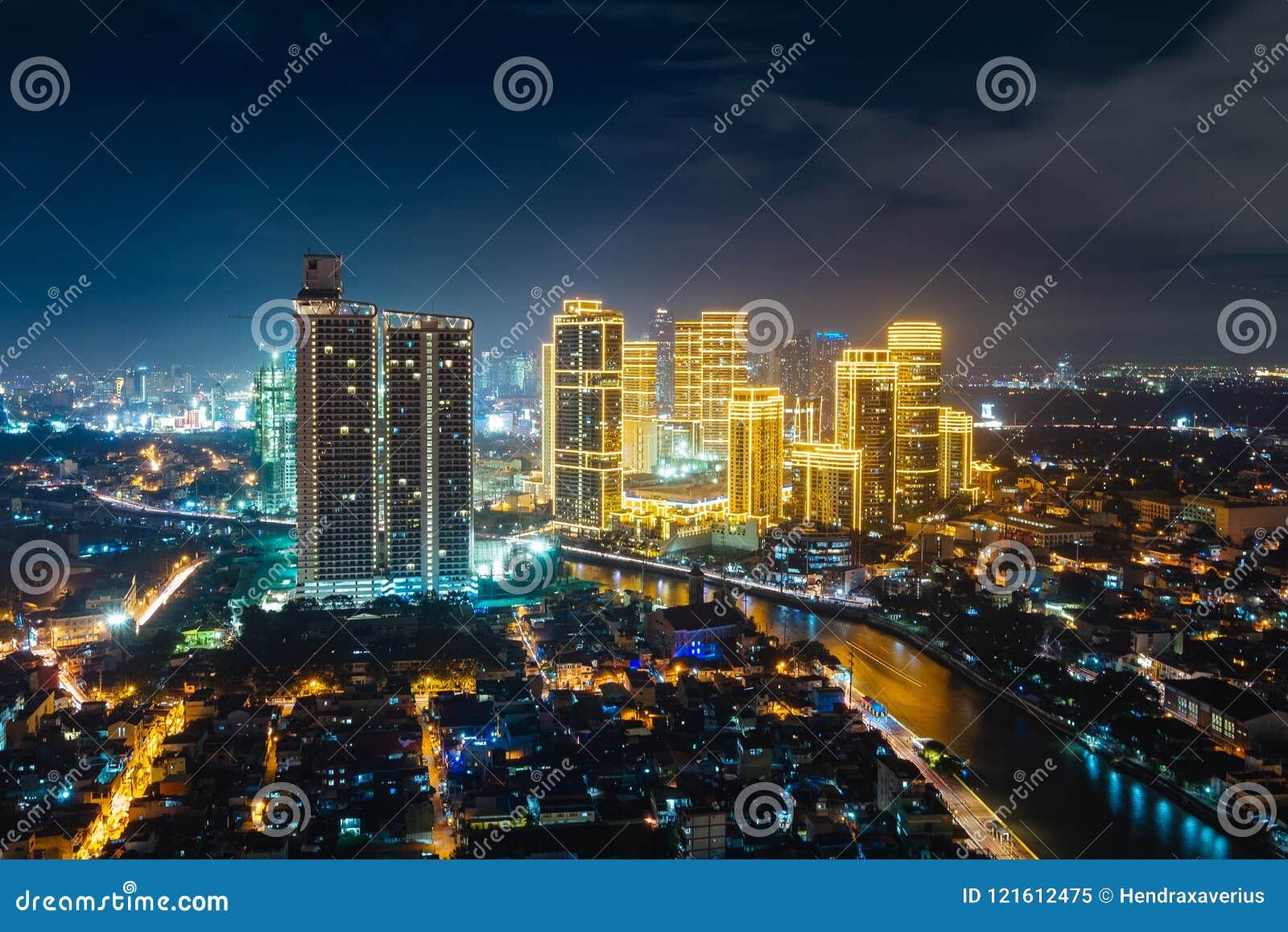 Cidade iluminada de Manila na noite