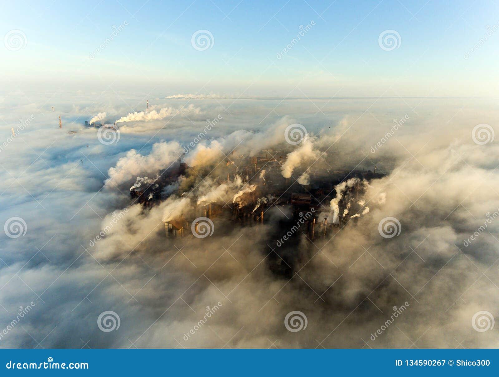 Cidade industrial de Mariupol, Ucrânia, no fumo de plantas industriais e de névoa no alvorecer