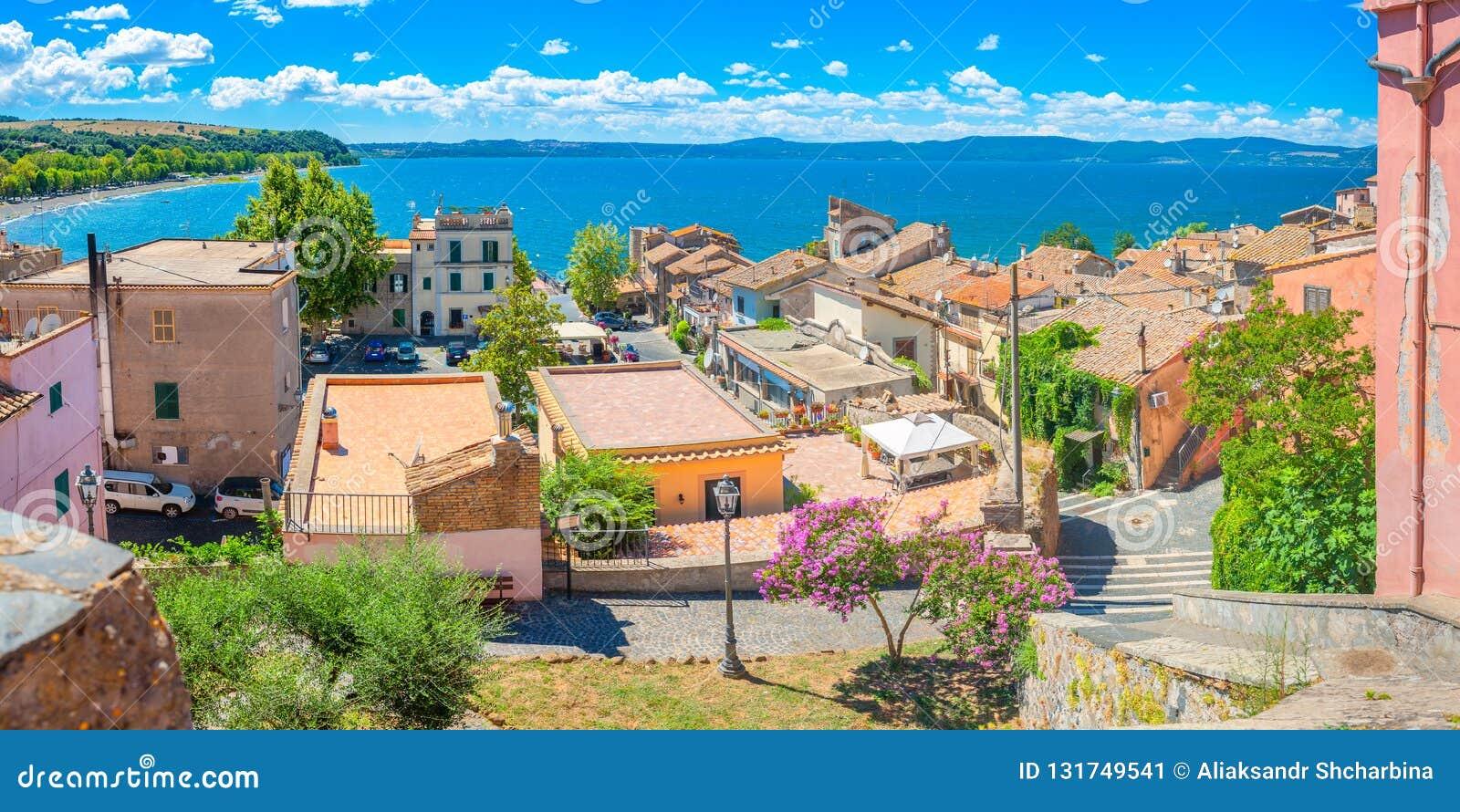 Cidade italiana velha na costa do lago