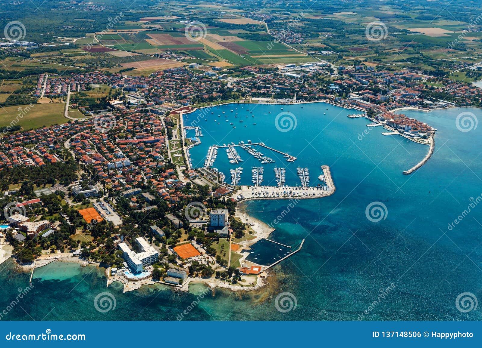 Cidade litoral velha Umag na Croácia, vista aérea Istria, Europa