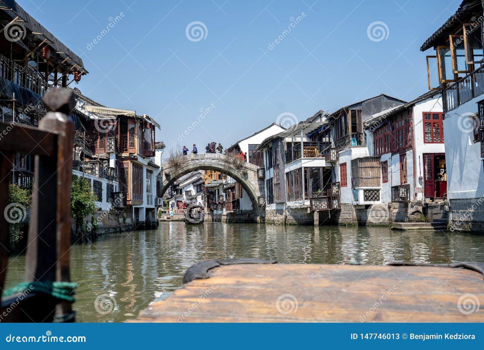 Cidade maravilhosa da água de Zhouzhuang da vista em um barco velho