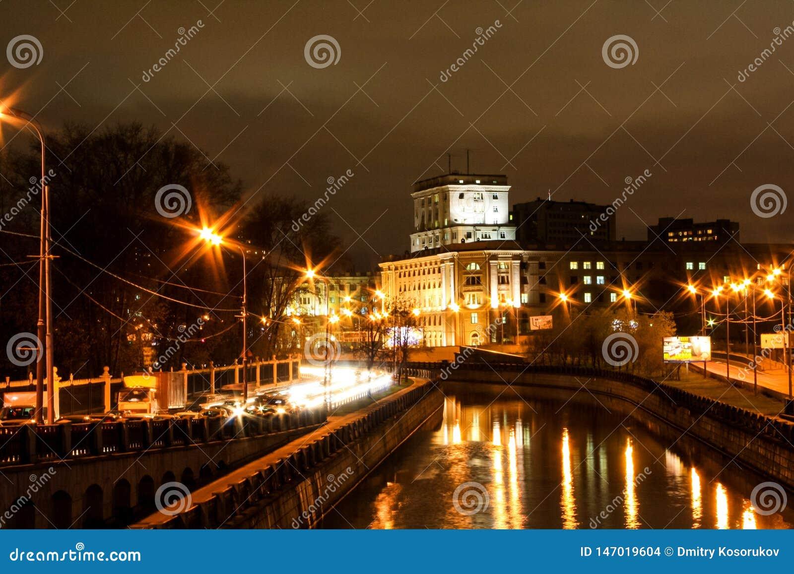 A cidade na noite ao longo do rio