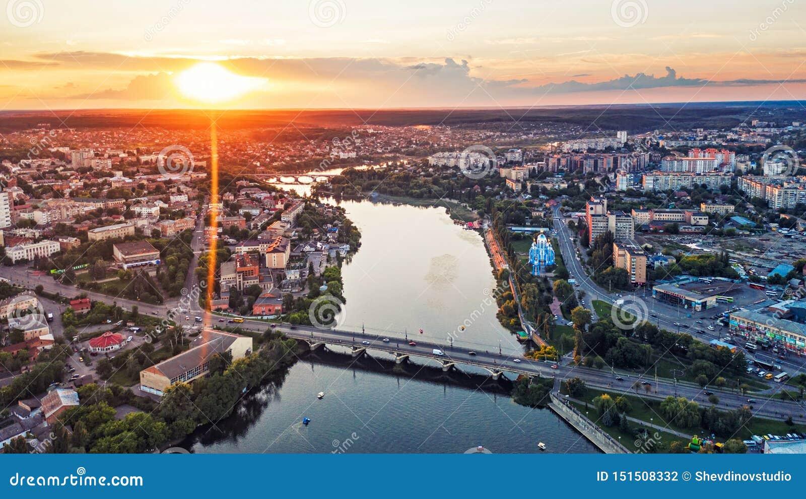 Cidade ou cidade de país provincial europeia panorâmico com rio, foto Vinnitsa do ar da opinião do zangão, Ucrânia no por do sol