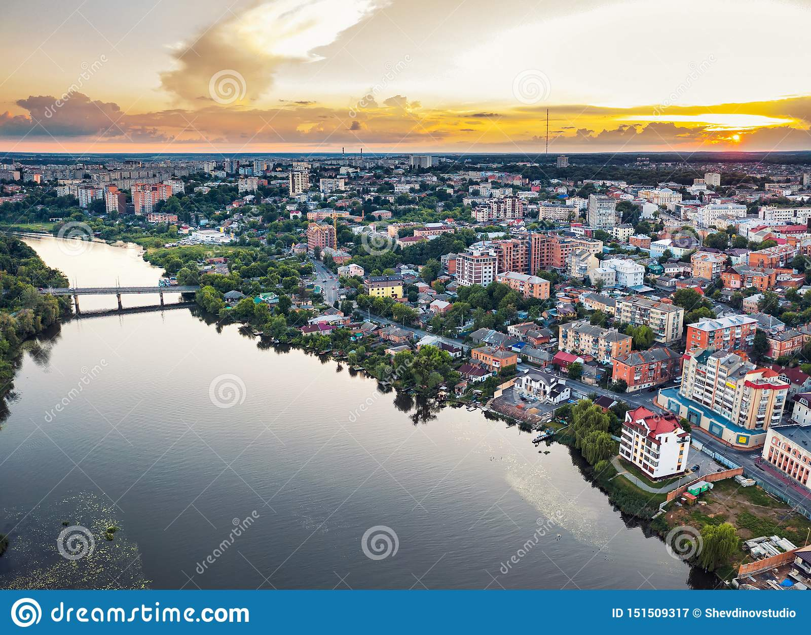 Cidade ou cidade de país provincial europeia panorâmico com rio, foto Vinnitsa do ar do zangão, por do sol de Ucrânia