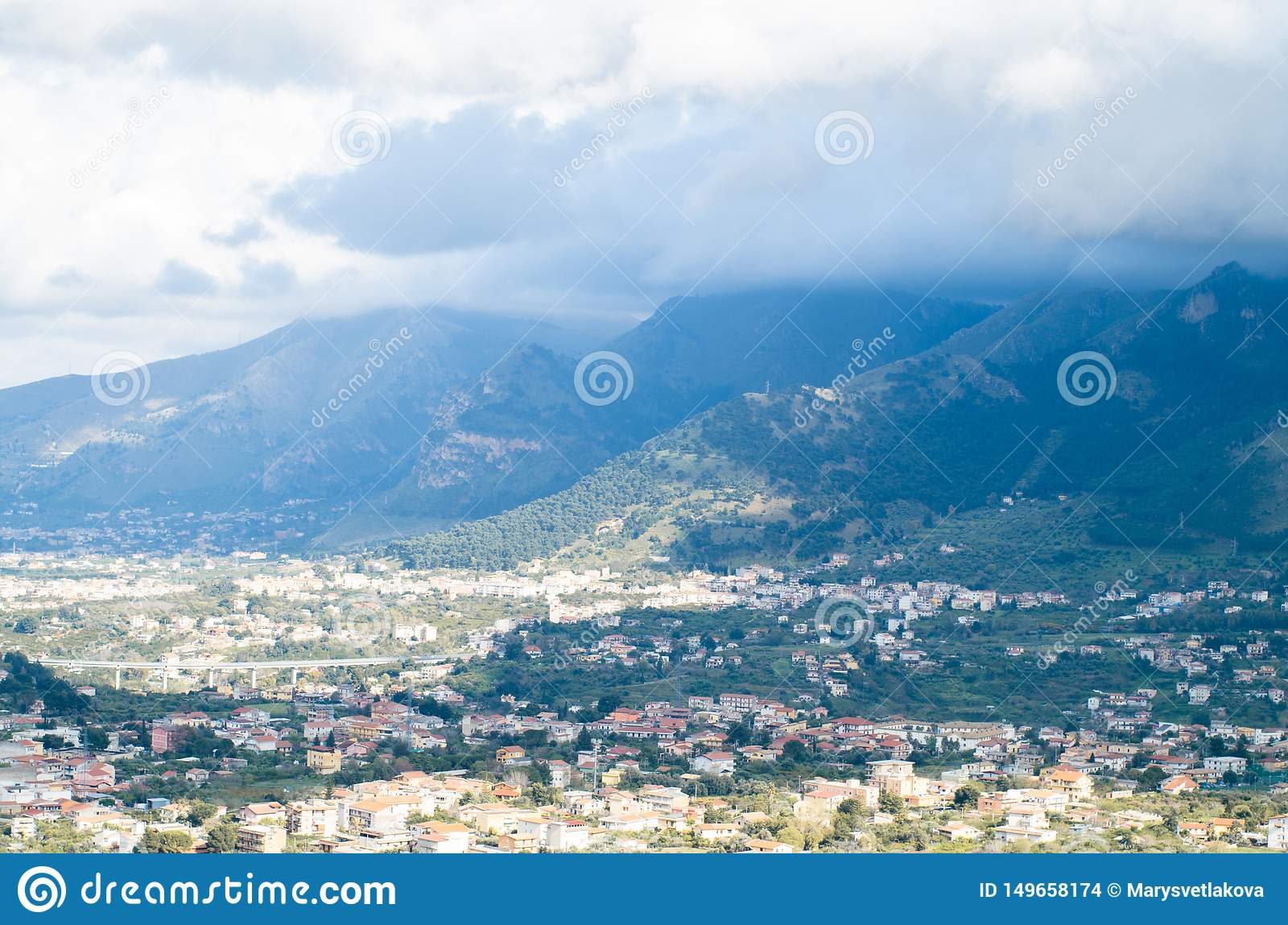 Cidade pequena nas montanhas