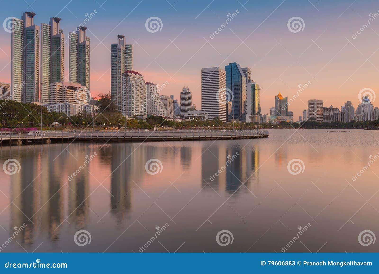 Cidade que constrói sobre o parque do lago em público