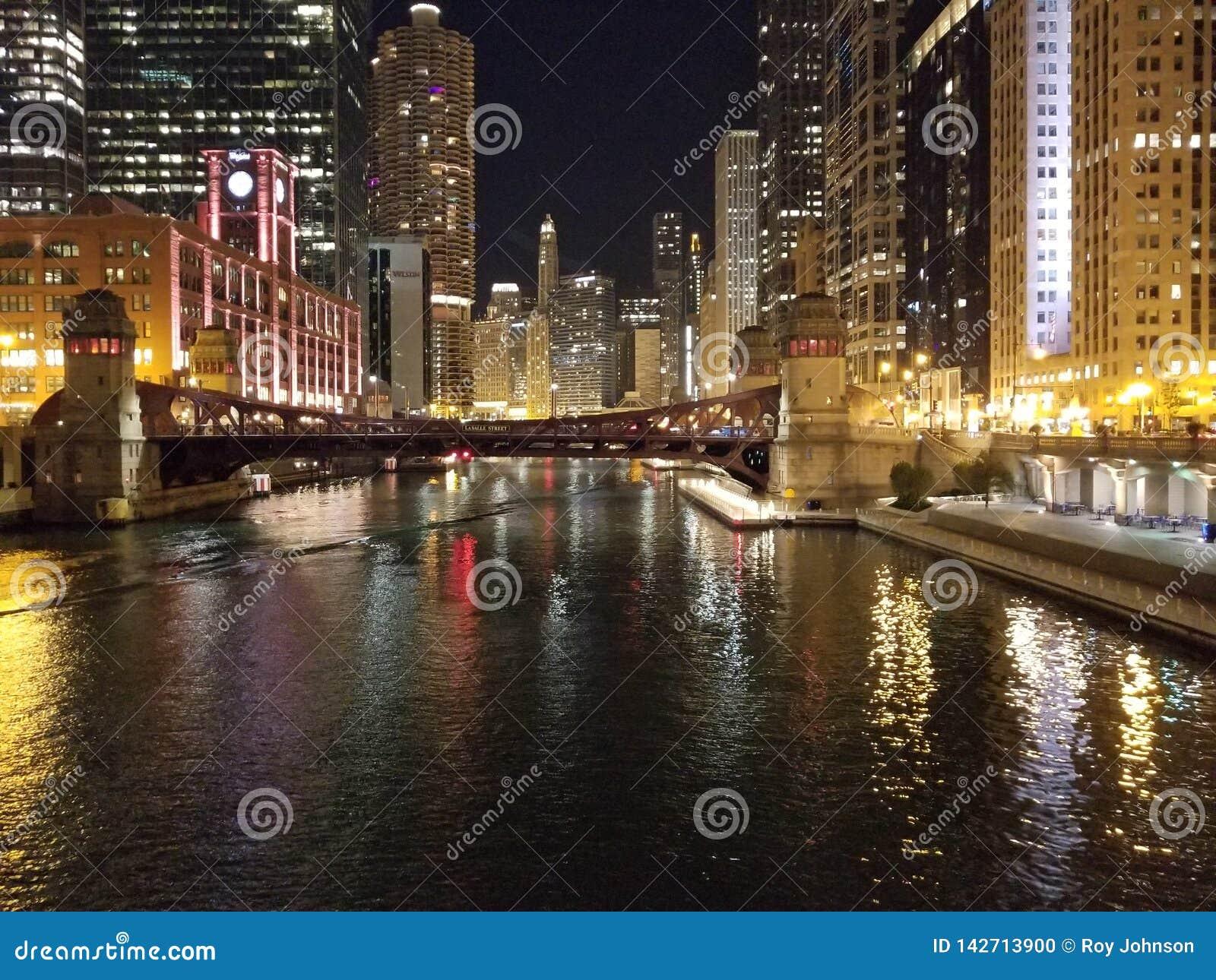 Cidade Scape do rio da construção da noite de Chicago