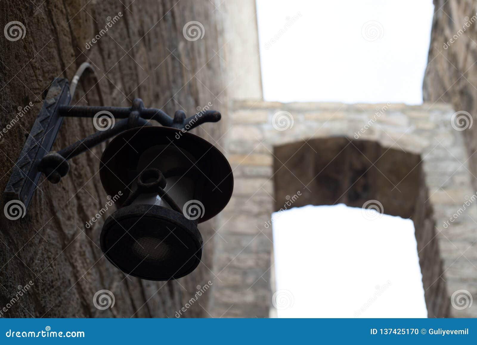 A cidade velha da lanterna antiga em baku azerbaijan Opinião estreita da rua