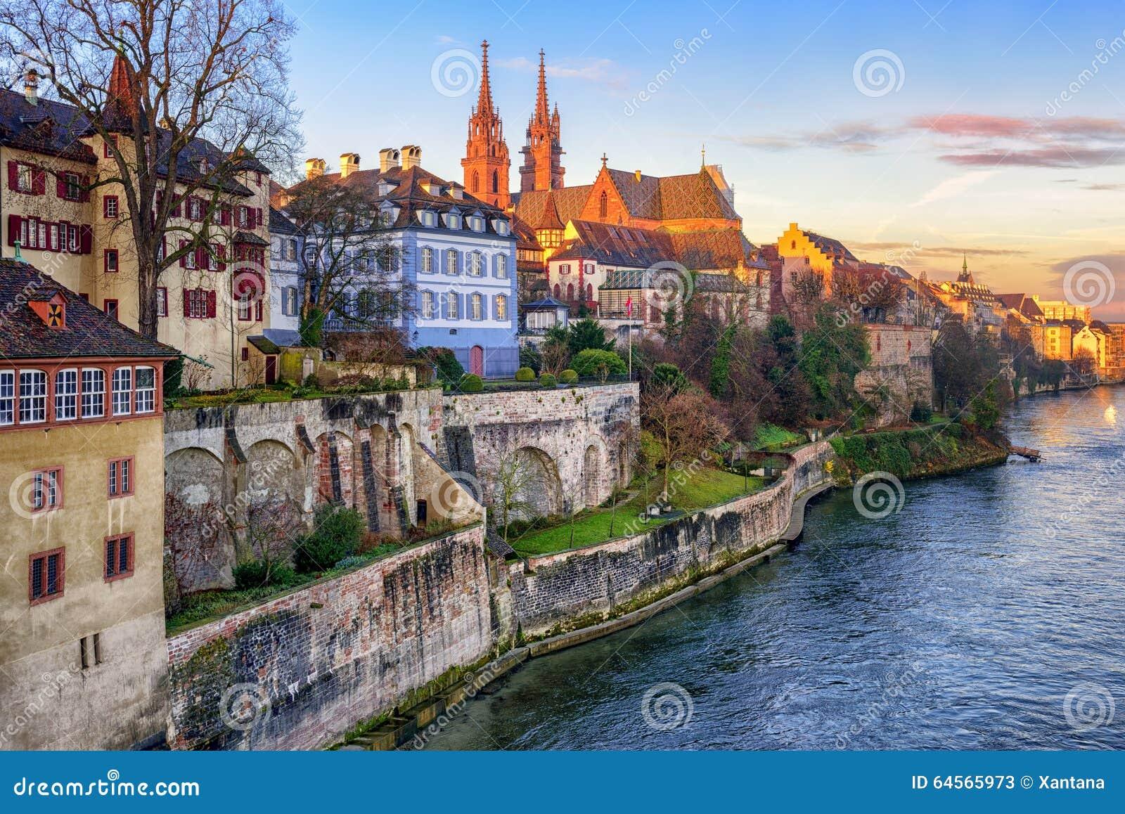 Cidade velha de Basileia com a catedral de Munster que enfrenta o Rhine River,
