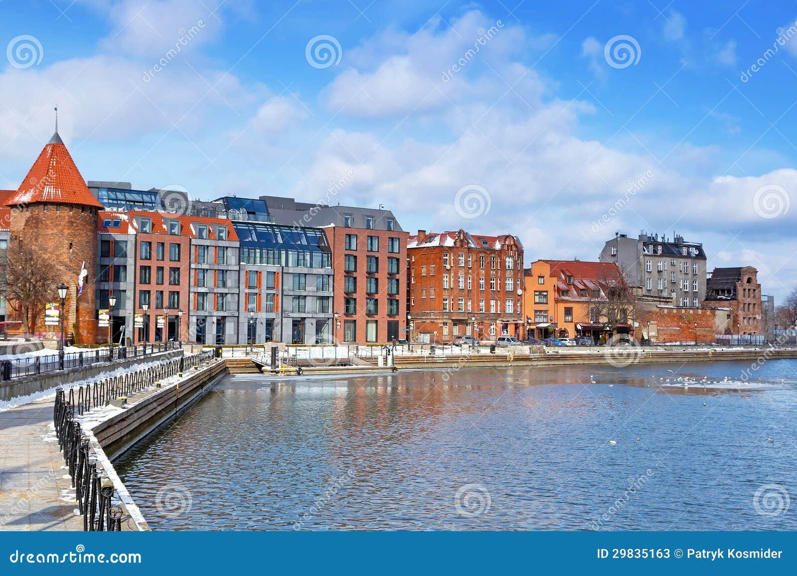 Cidade velha de Gdansk no rio de Motlawa