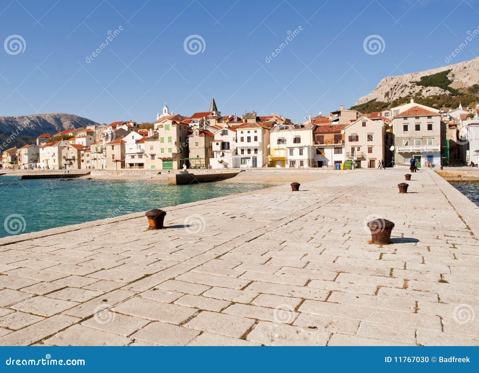 Cidade velha do beira-mar de Baska (Krk)