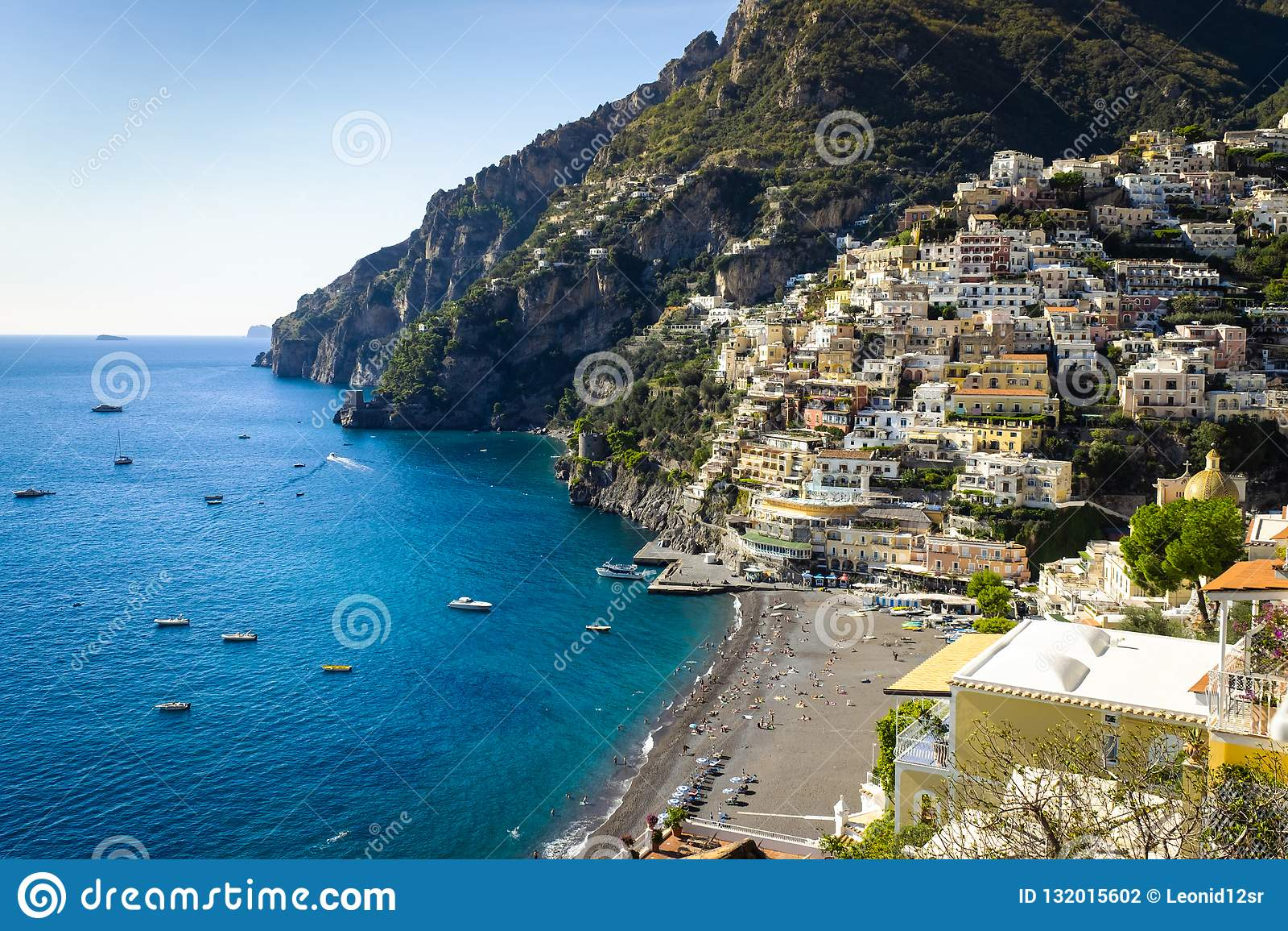 Cidades costeiras bonitas de Itália - Positano cênico na costa de Amalfi
