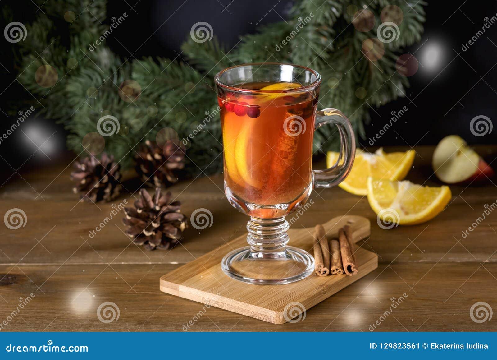 A cidra ferventada com especiarias com especiarias adicionadas e os feriados quentes deliciosos e aquecendo-se do citrino da bebi