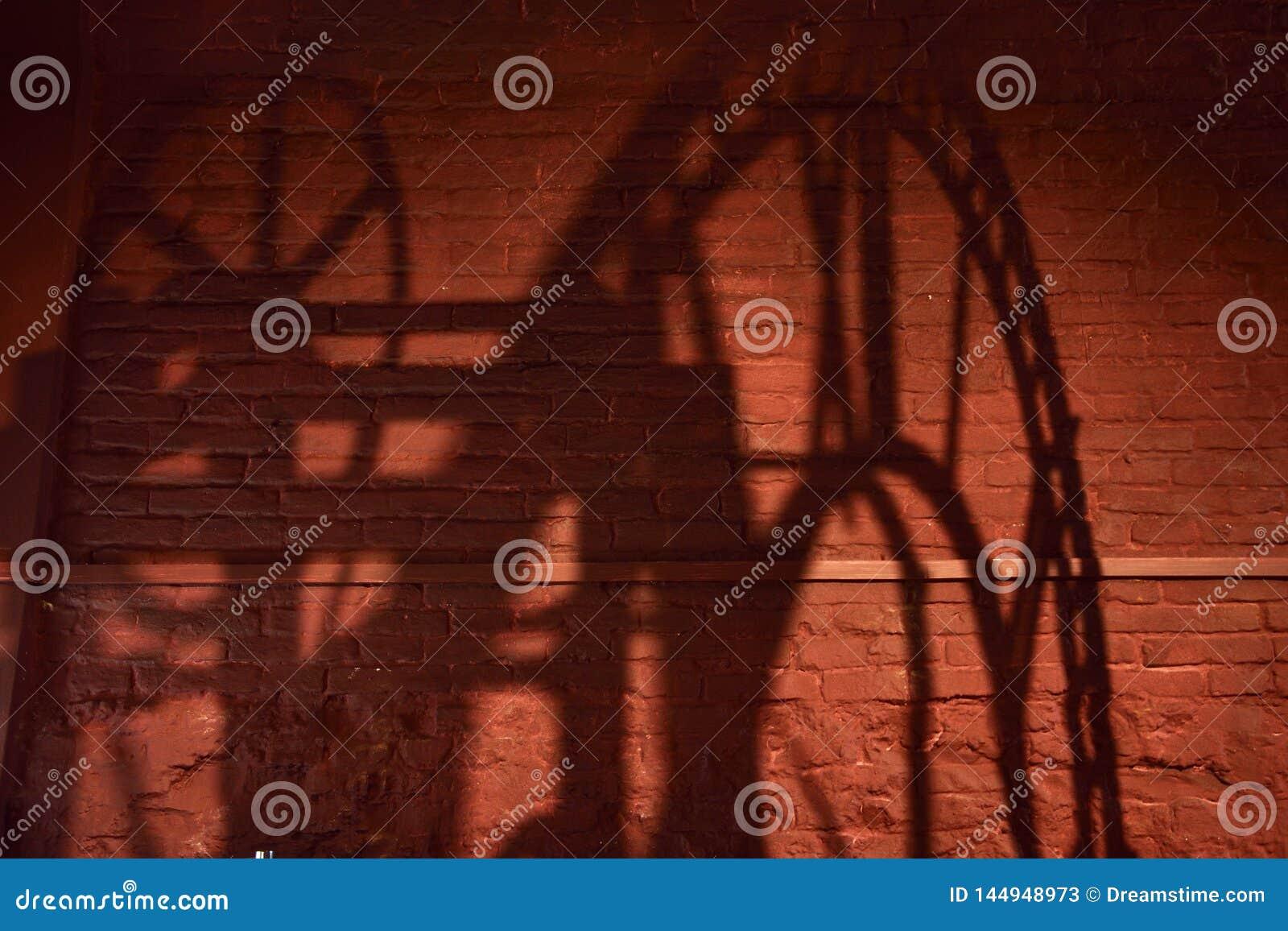 Cień zegarowy mechanizm z rzymskimi liczebnikami na ścianie z cegieł