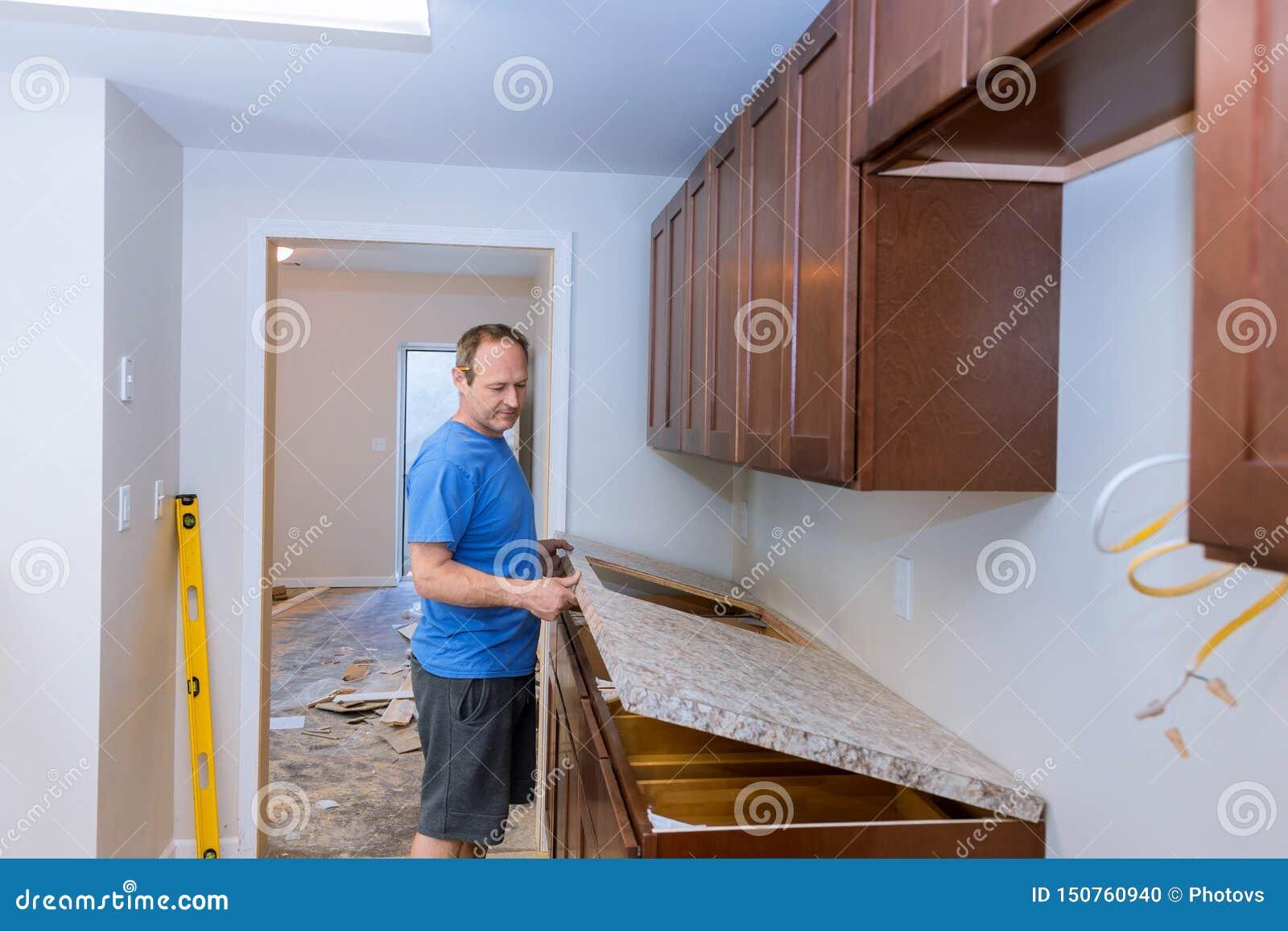 Cieśla instaluje c odpierającego wierzchołek w kuchni