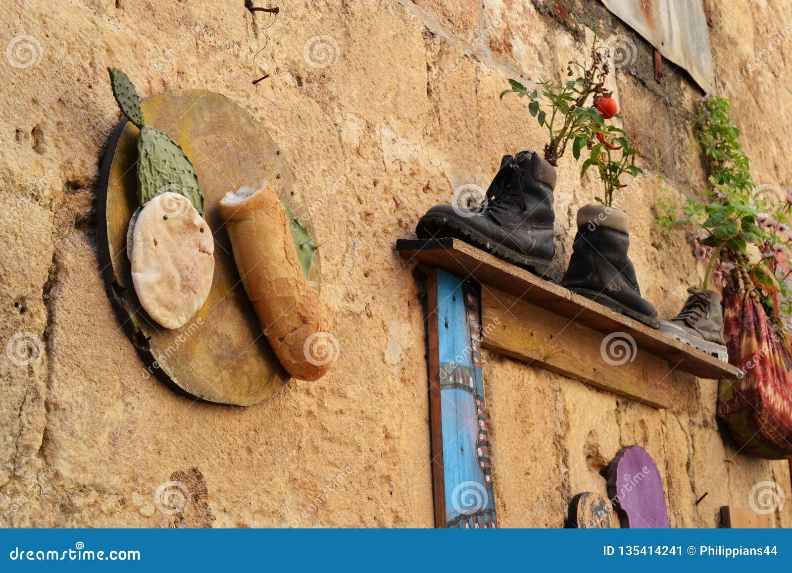 Ciekawość w akrze, Akko, inicjują jako kwiatów garnki zewnętrzny projekt i dekoracja i buty, torebki, w Izrael