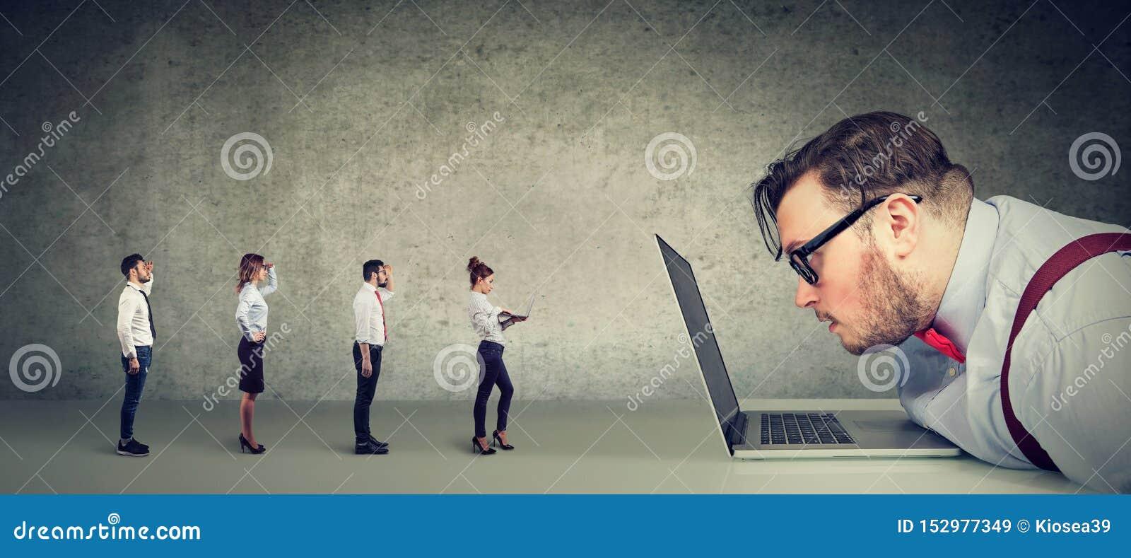 Ciekawy biznesmen patrzeje laptop analizuje grupy biznesmeni stosuje online dla pracy