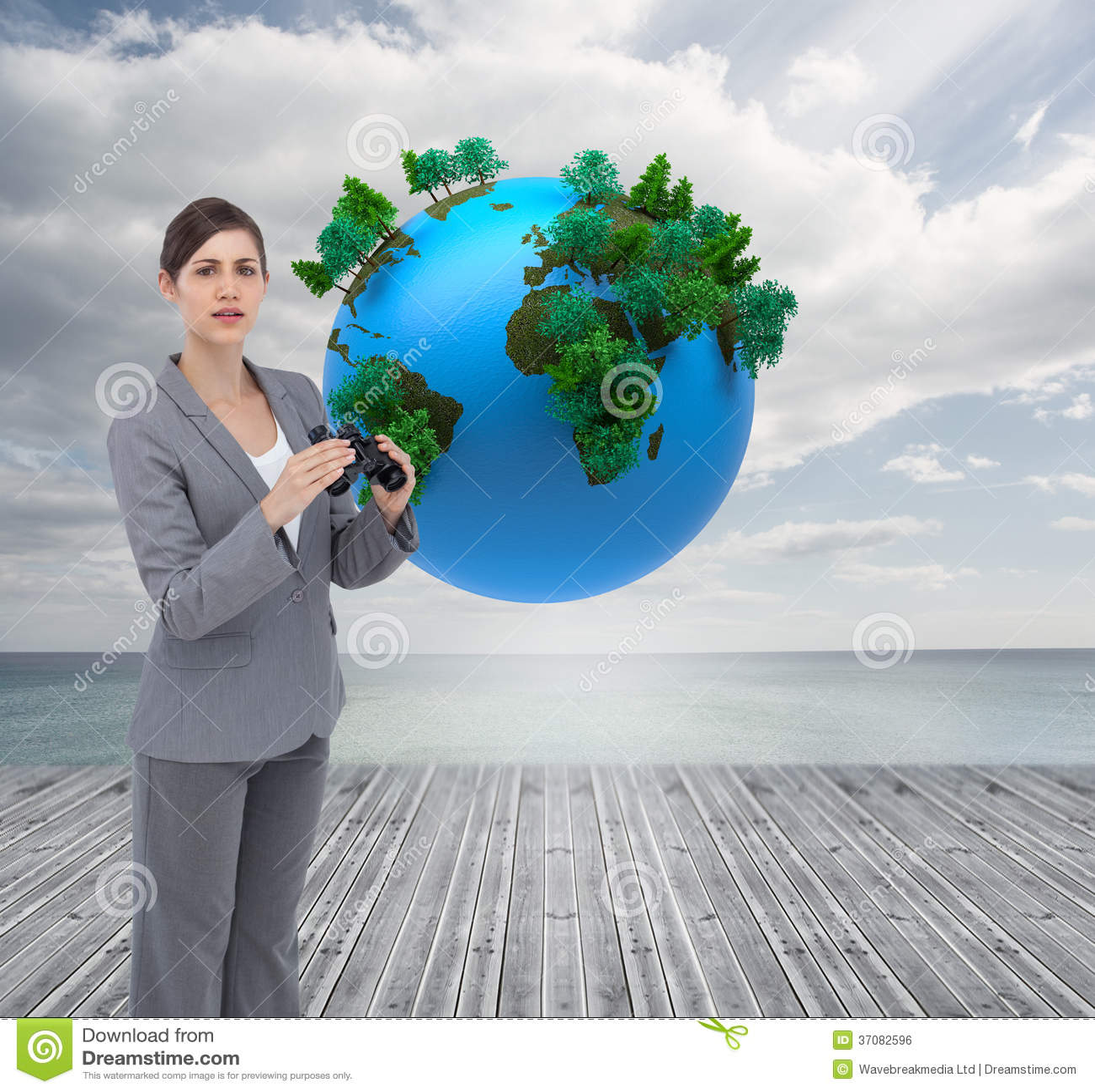 Download Ciekawy Młody Bizneswoman Pozuje Z Lornetkami Zdjęcie Stock - Obraz złożonej z sunlight, wytwarza: 37082596